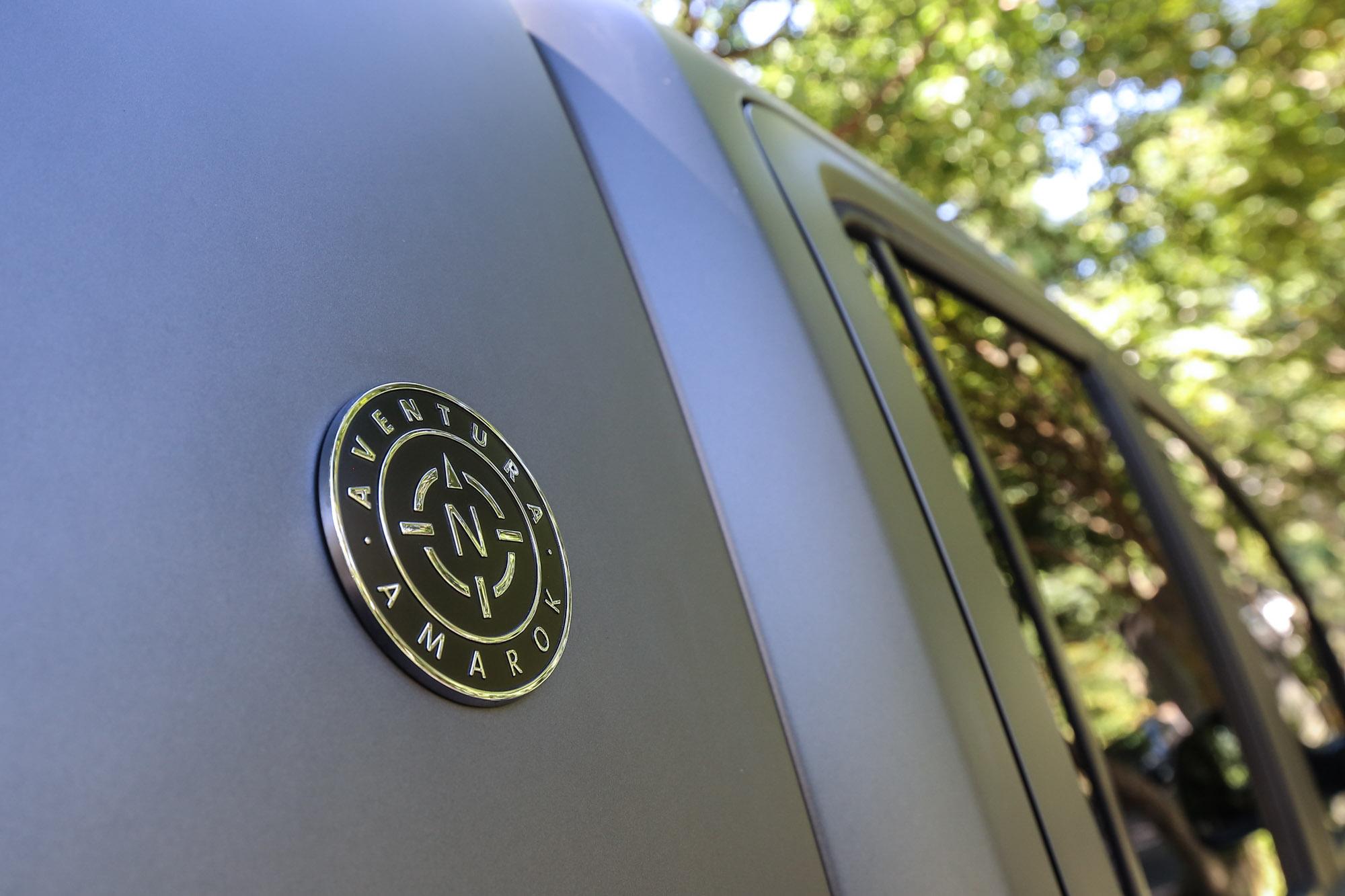 Amarok Aventura 專屬的飾徽設計於車身同色貨斗防護架上。