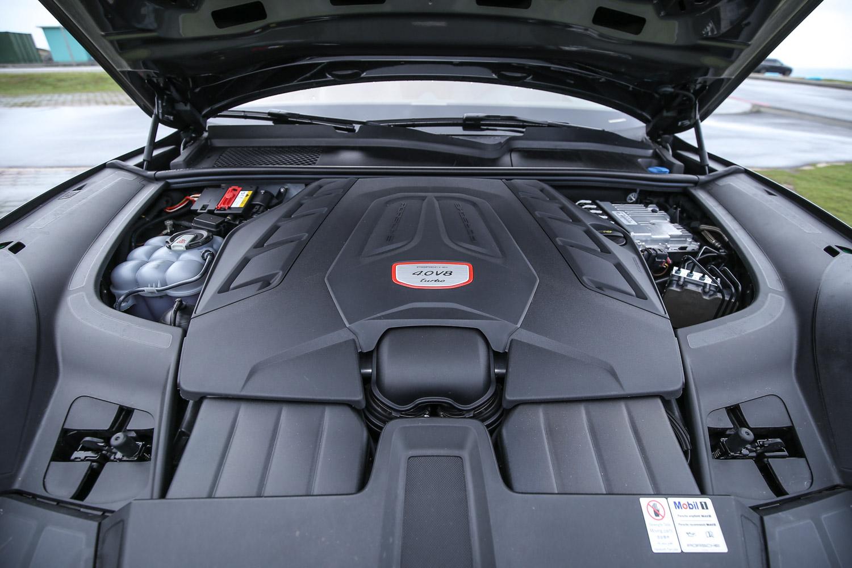 Cayenne Turbo Coupe 搭載 4.0 升雙渦輪增壓 V8 汽油引擎,具備 550hp / 770Nm 輸出表現。