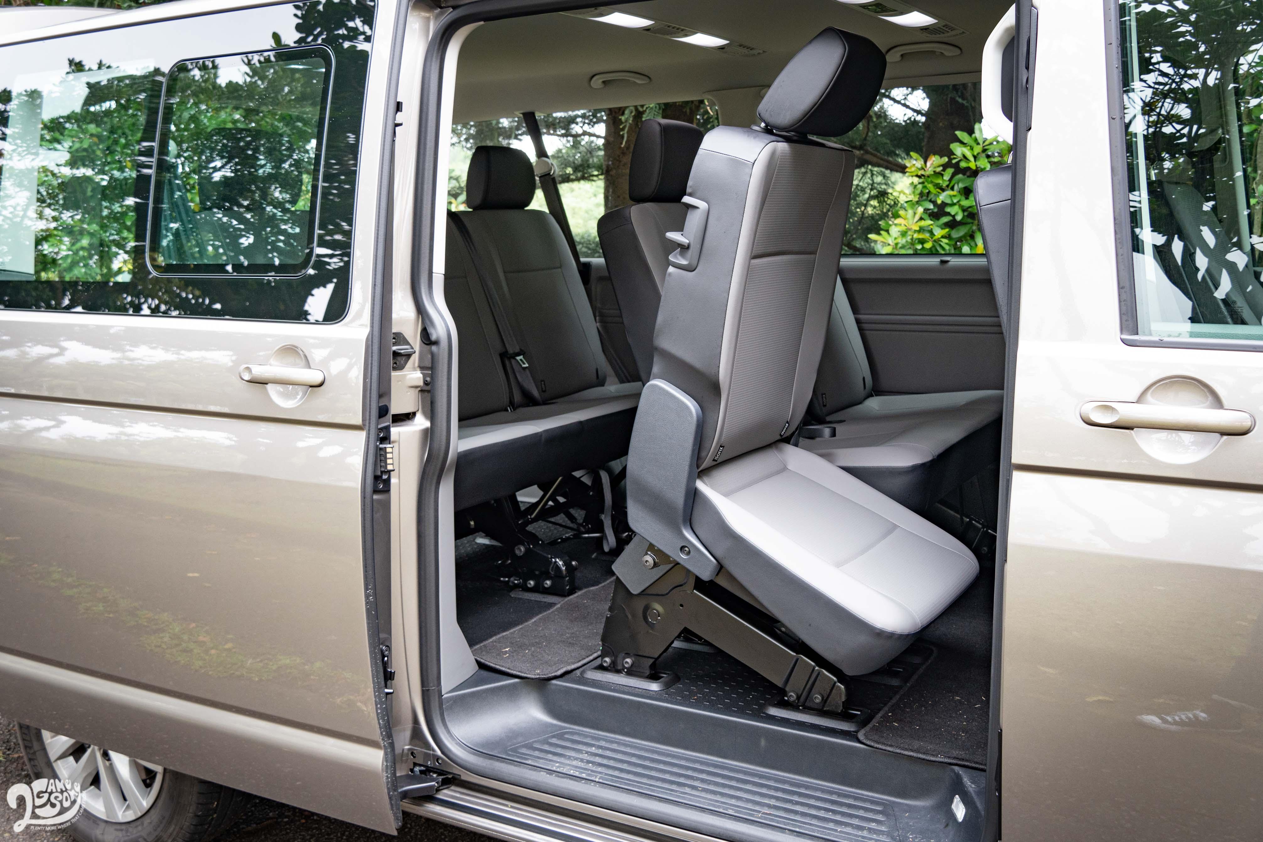 三人座椅附右側 Easy Entry 裝置。