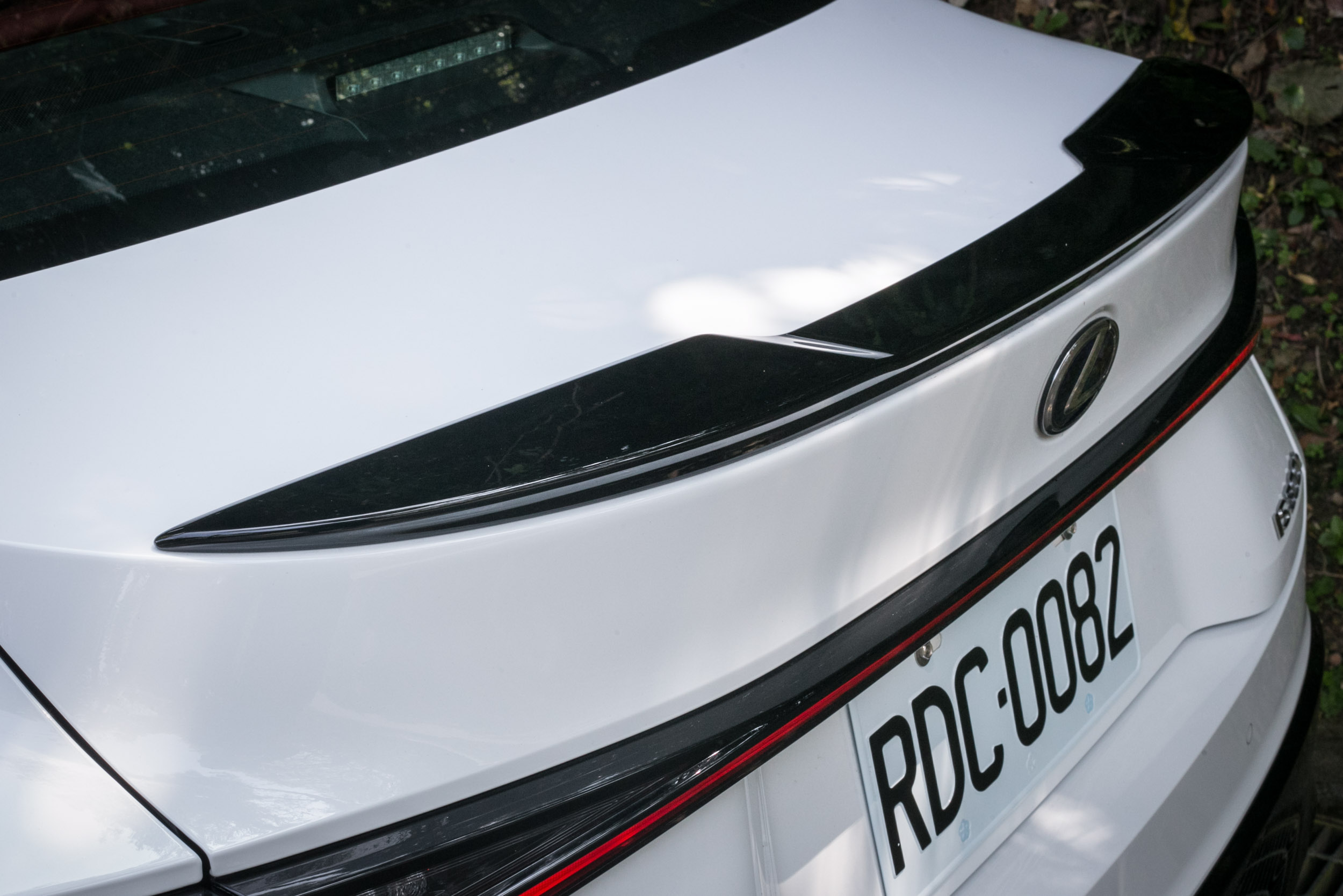 IS 300h F Sport 配備有專屬的鴨尾套件。