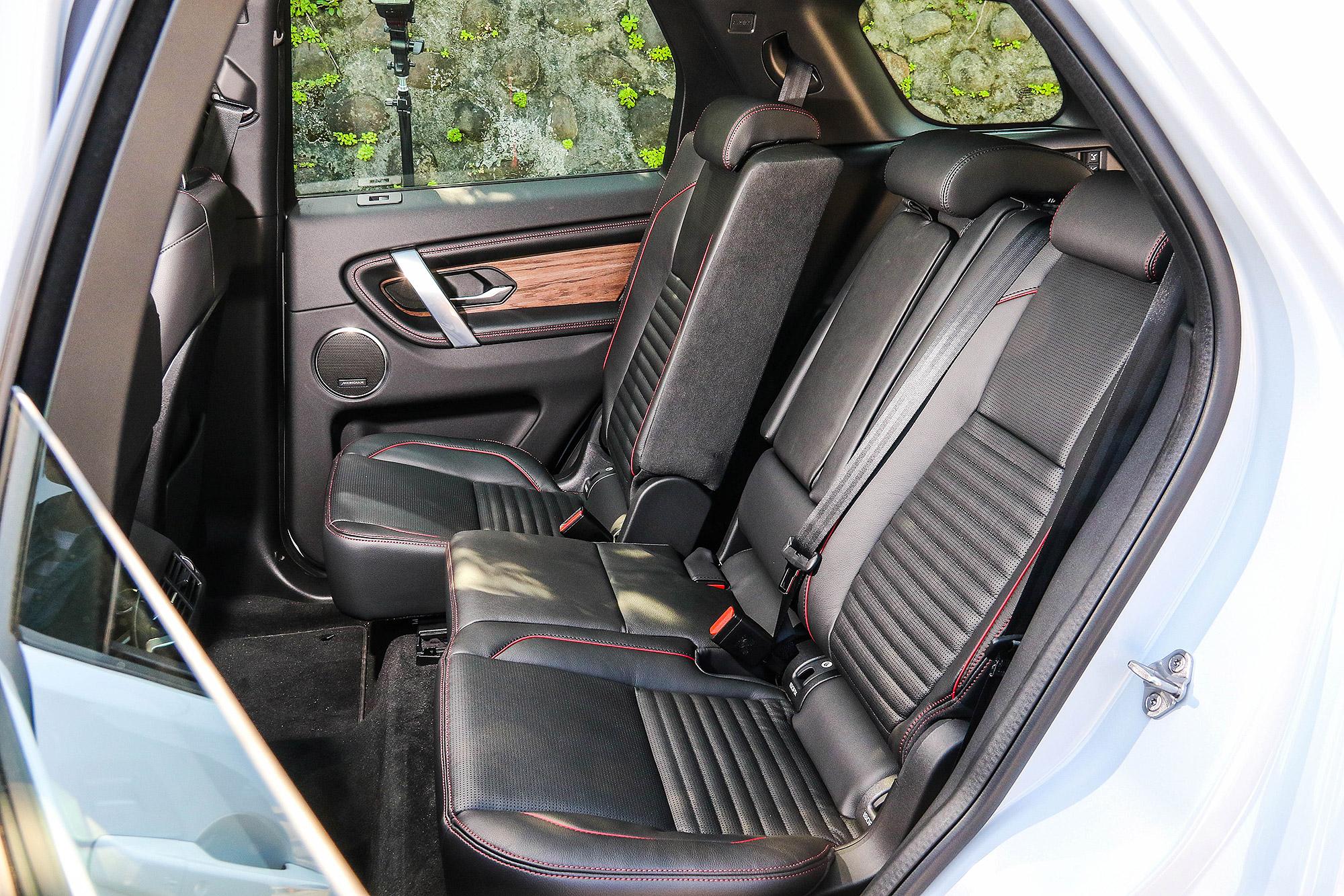 後座座椅具有前後滑移以及椅背角度可調功能,並提供第三排座椅作為選配。