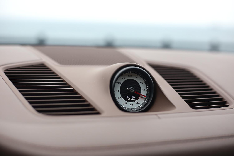 選配白底設計的跑車計時套件,可讓其於 3.9 秒內完成 0-100km/h 加速過程。