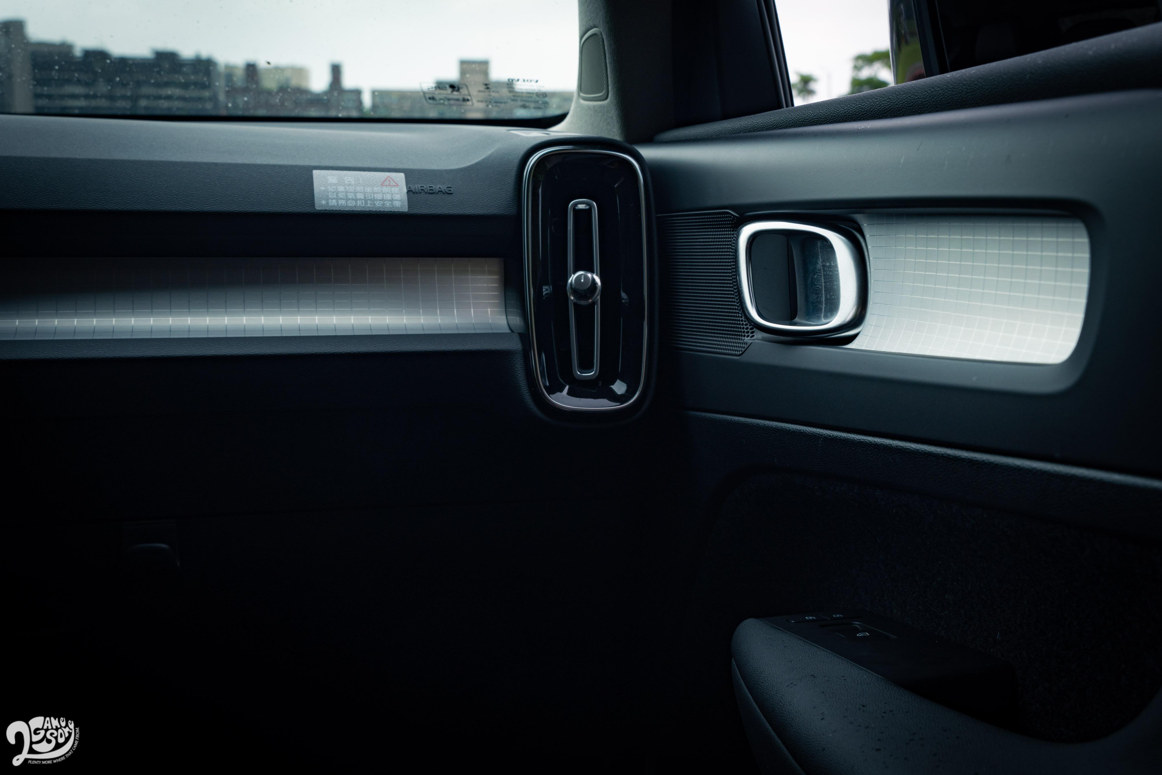 雖為入門車型,但內裝格紋飾板也不失質感。