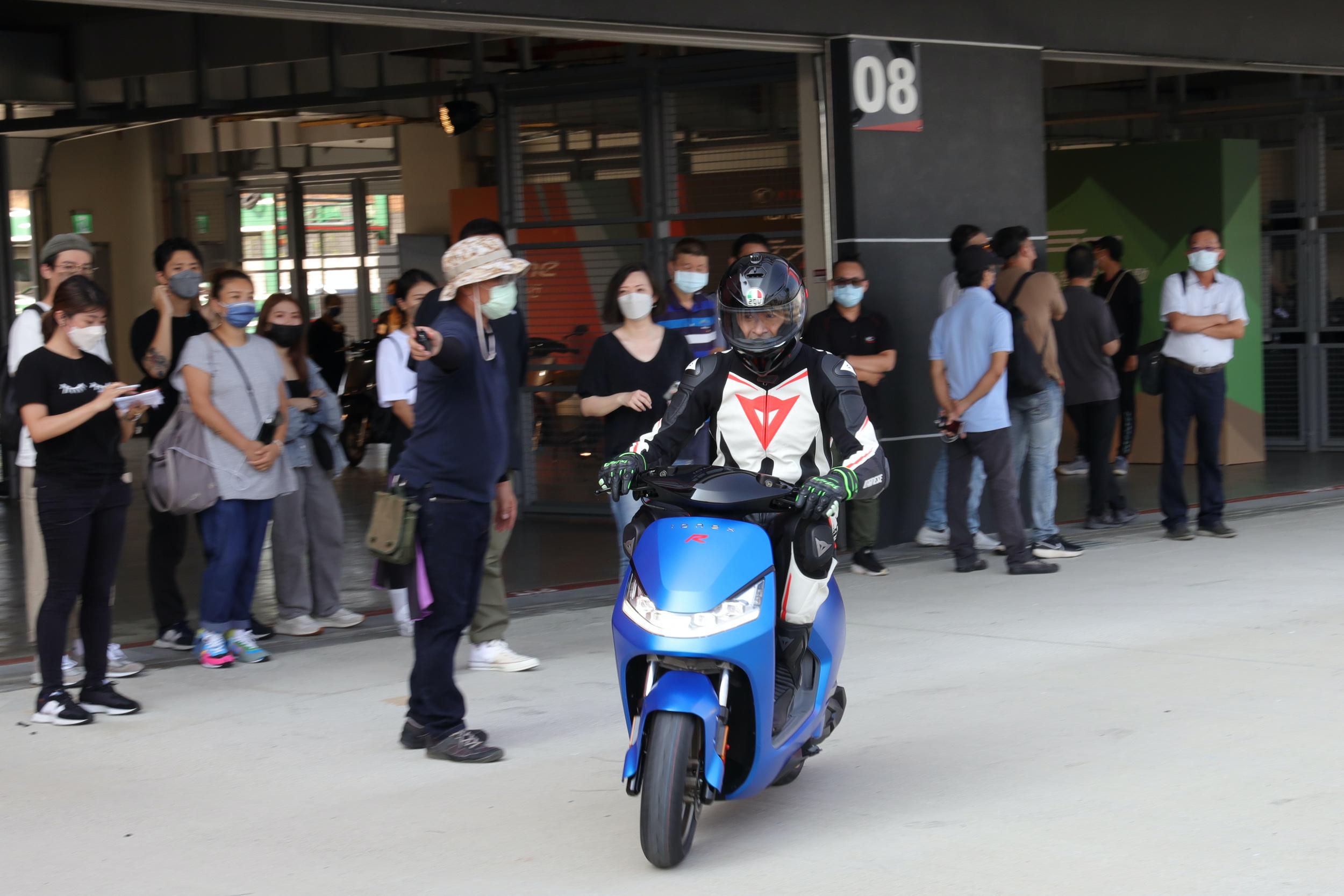 除了暢談策略面外,柯勝峯也換上一身勁裝親自測試下賽道測試S7R真功夫。