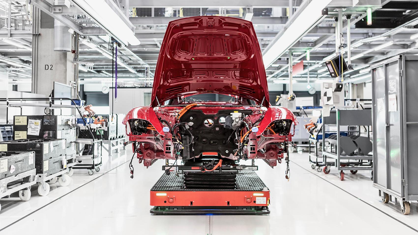 Taycan於新一代工廠中的生產模式名為「保時捷生產4.0」,其遵循三個原則:智慧生產,簡潔生產和綠能生產。