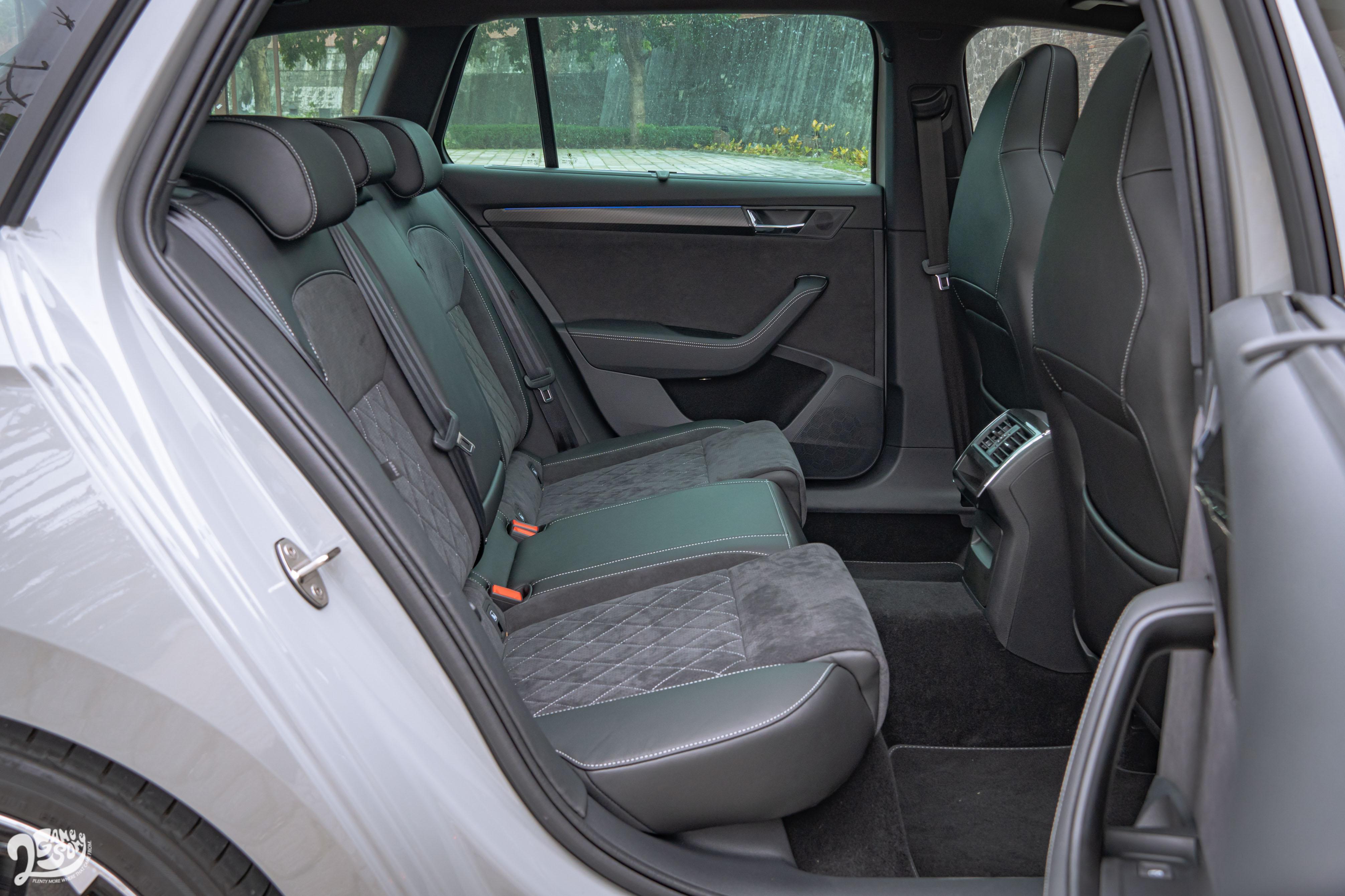 Combi 與 Limo 共享 2.8 米的軸距,乘坐在後座一點也不拘束,膝部空間也不需要用幾個拳頭去計較;但礙於四驅系統,中央隆起難免犧牲第五名車客的舒適。