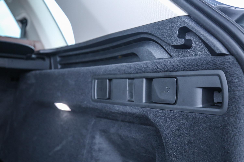 透過後廂兩側拉柄可迅速傾倒 40/20/40 分離設計的後座椅背。