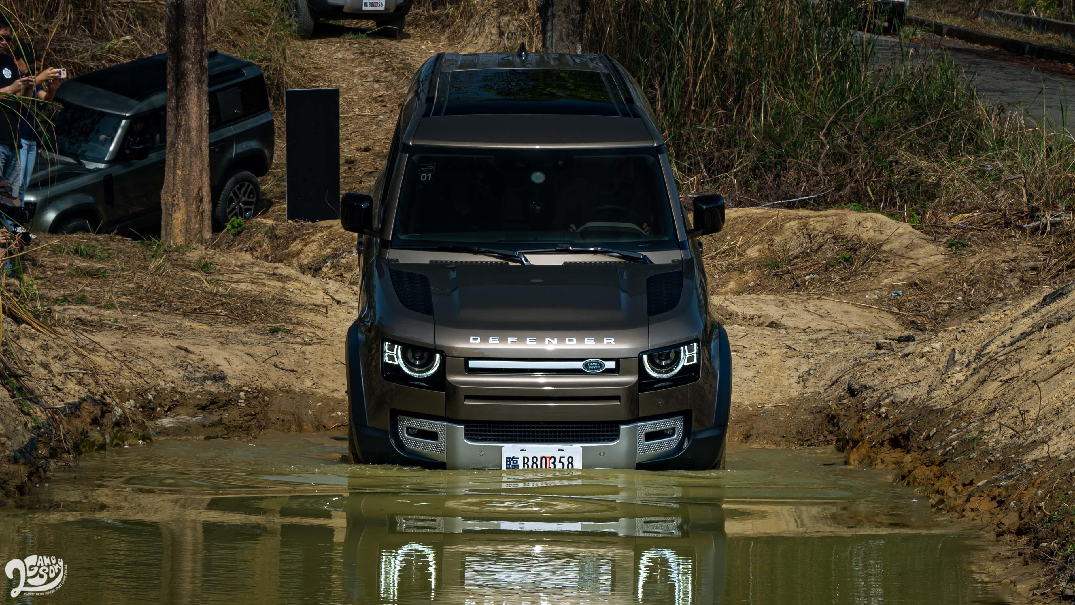 Defender 900mm 涉水深度搭配全新 Wade Mode涉水模式,更能進一步優化車輛涉水性能。