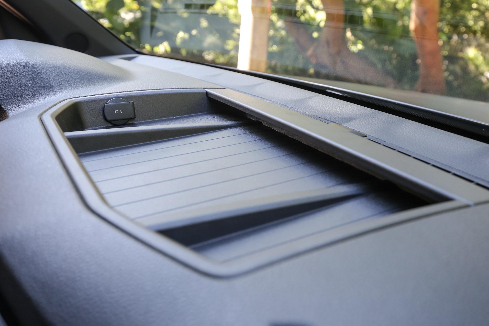 中控臺上的置物空間,並具備 12V 電源插座,對於額外加掛行車記錄器或衛星導航系統功能相當便利。