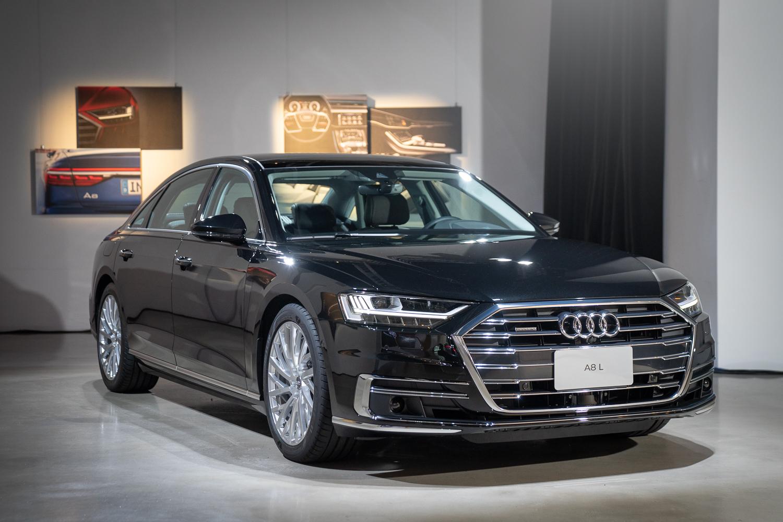 繼承先前 Audi Prologue 概念車的設計語彙,Audi 設計團隊賦予全新 Audi A8 更簡潔、銳利的外觀設計。