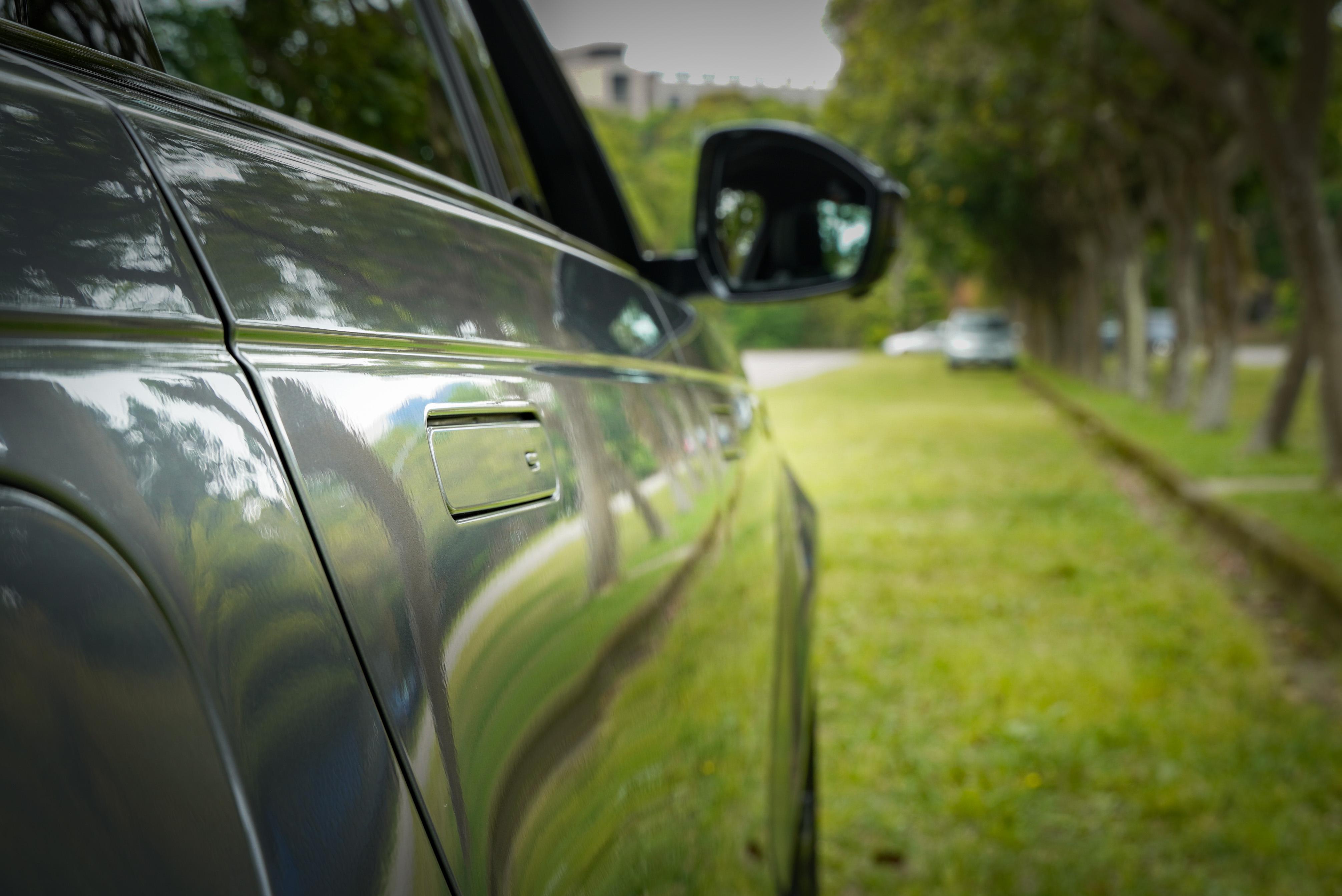 隱藏式車門把是外觀特點。