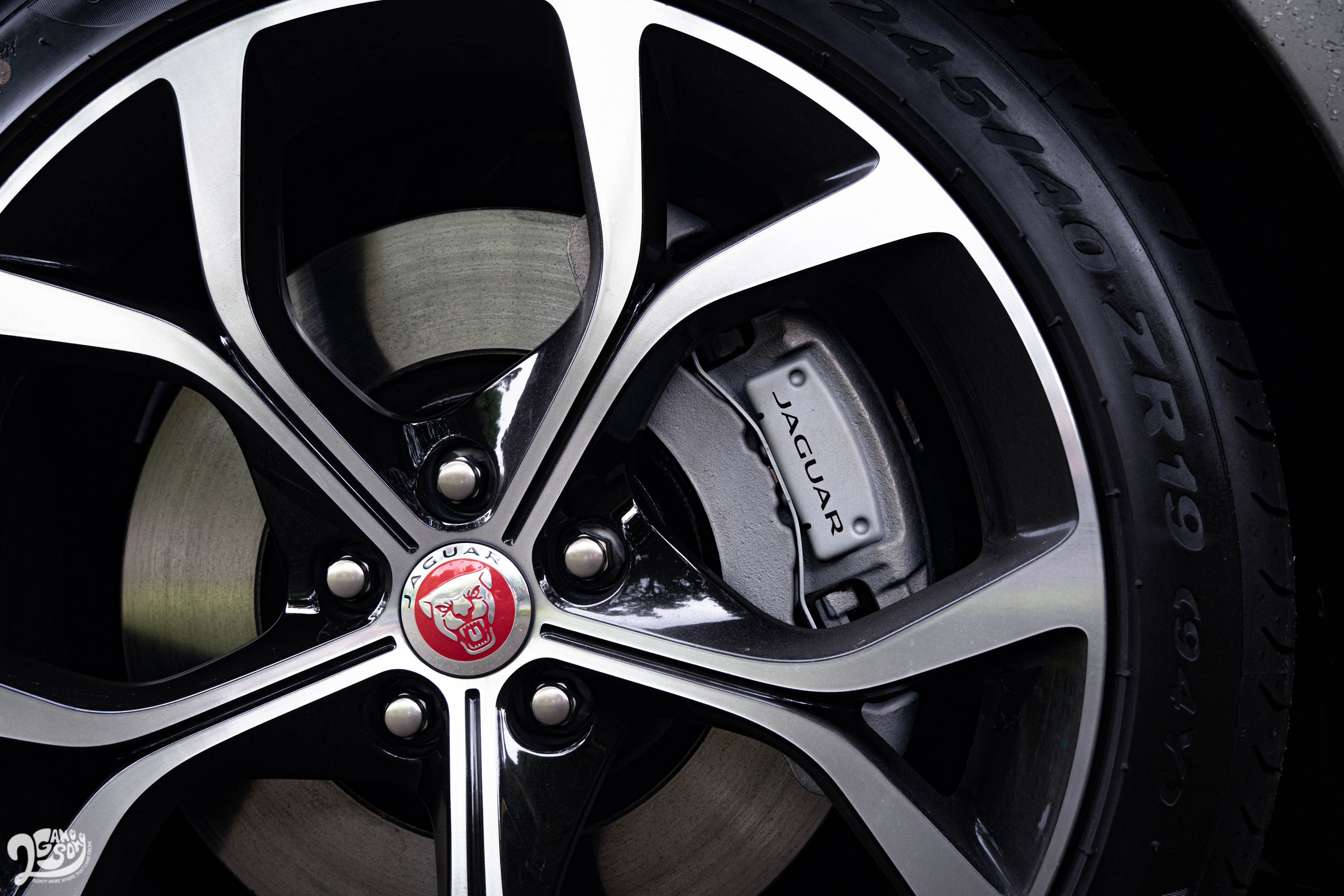 P300 R-Dynamic 車型採用 19 吋輪圈規格。
