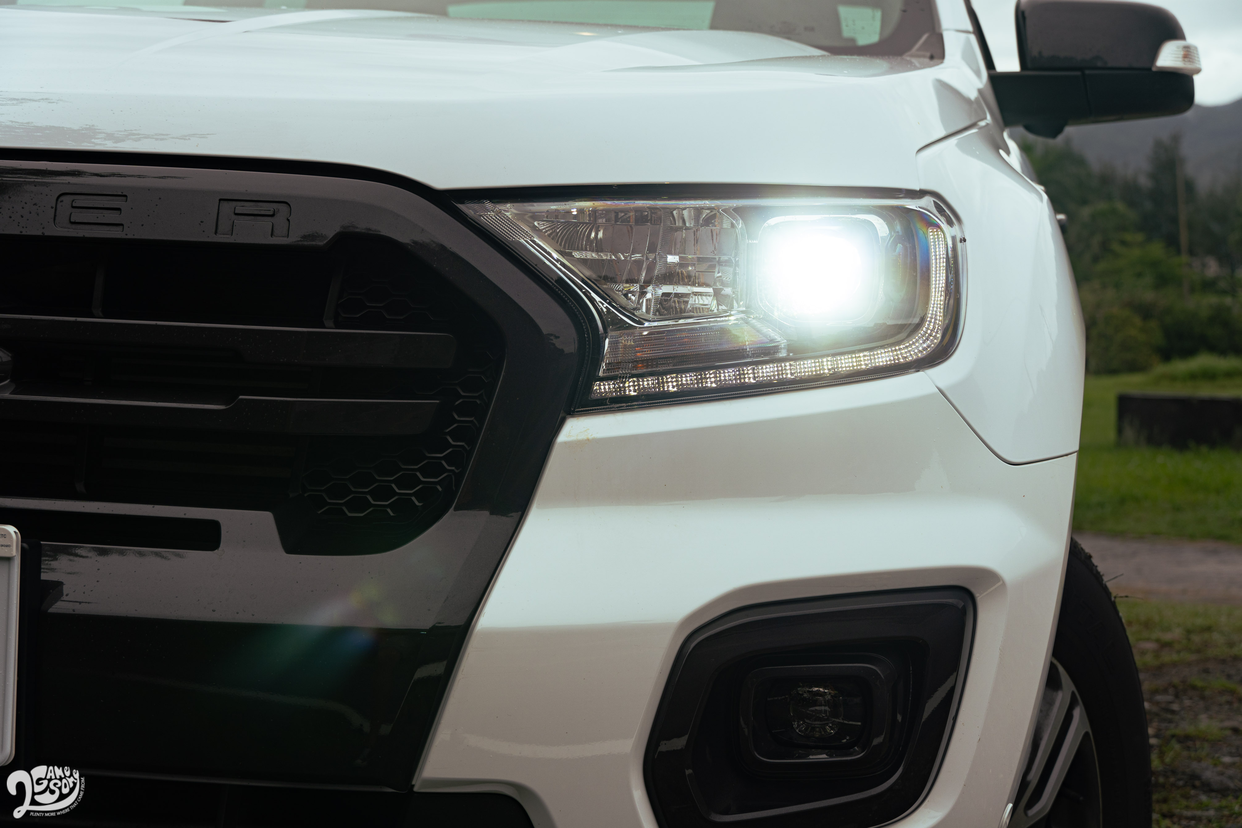 LED 日行燈與 LED 魚眼頭燈為運動型配備。