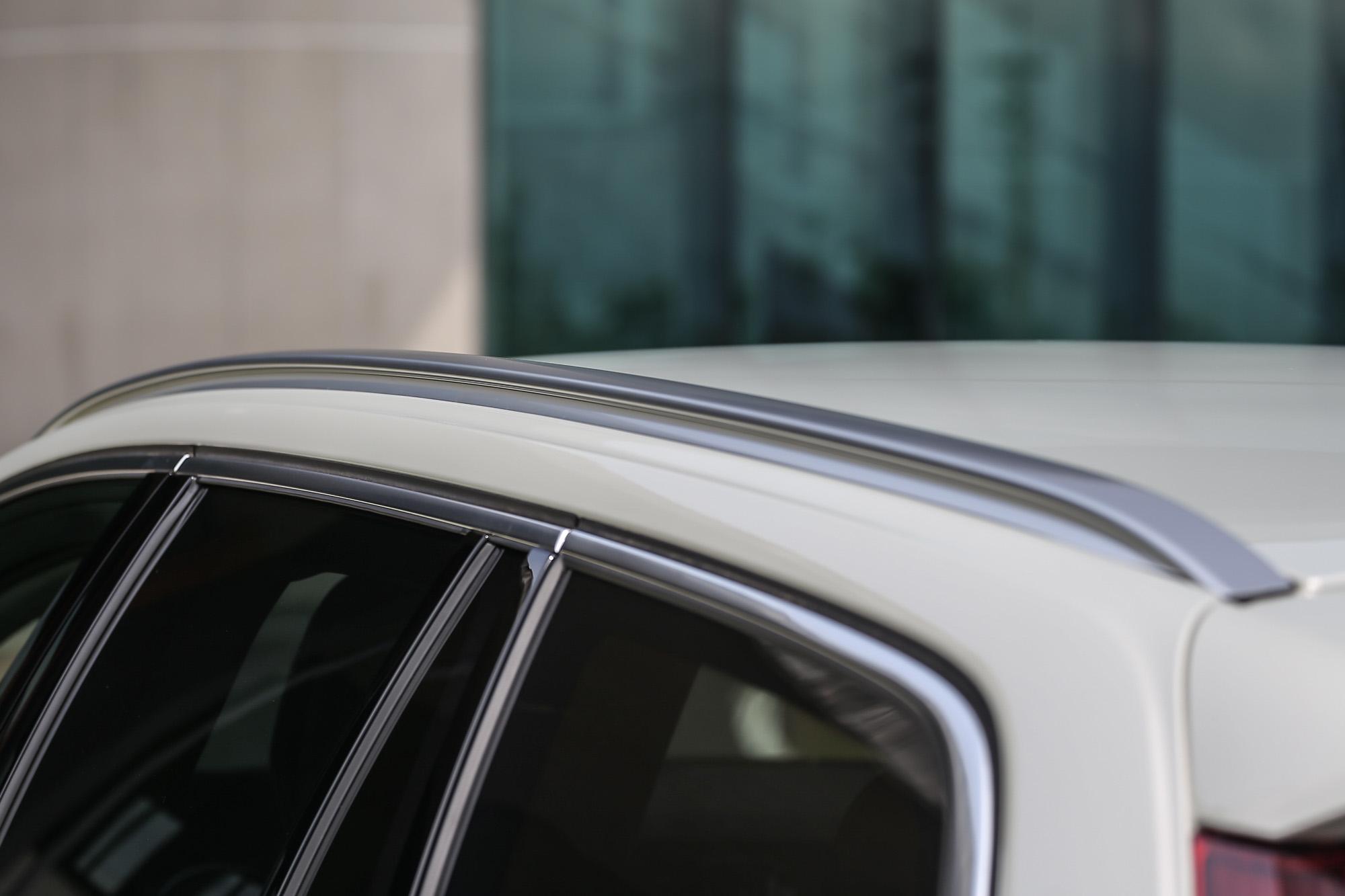 配備整合式鋁合金車頂載物軌。