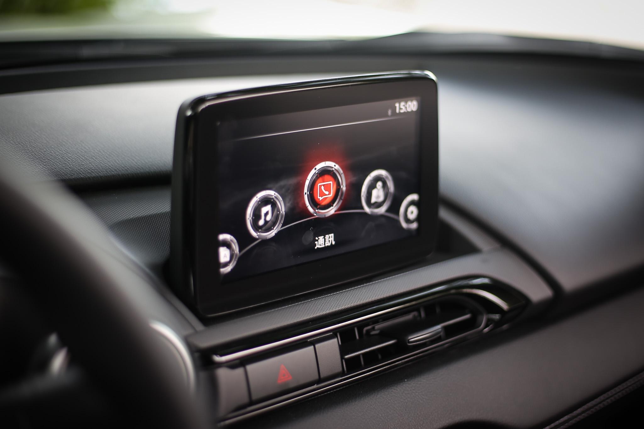 中控台採用 7 吋中央資訊顯示幕,包含 Apple CarPlay 與 Android Auto 智慧手機連結功能都具備。