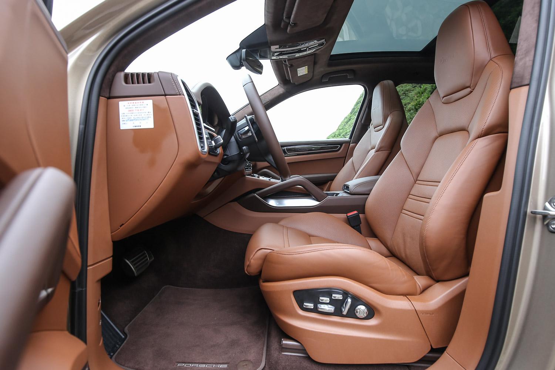 18 向全功能電動調整跑車前座座椅含記憶套件。