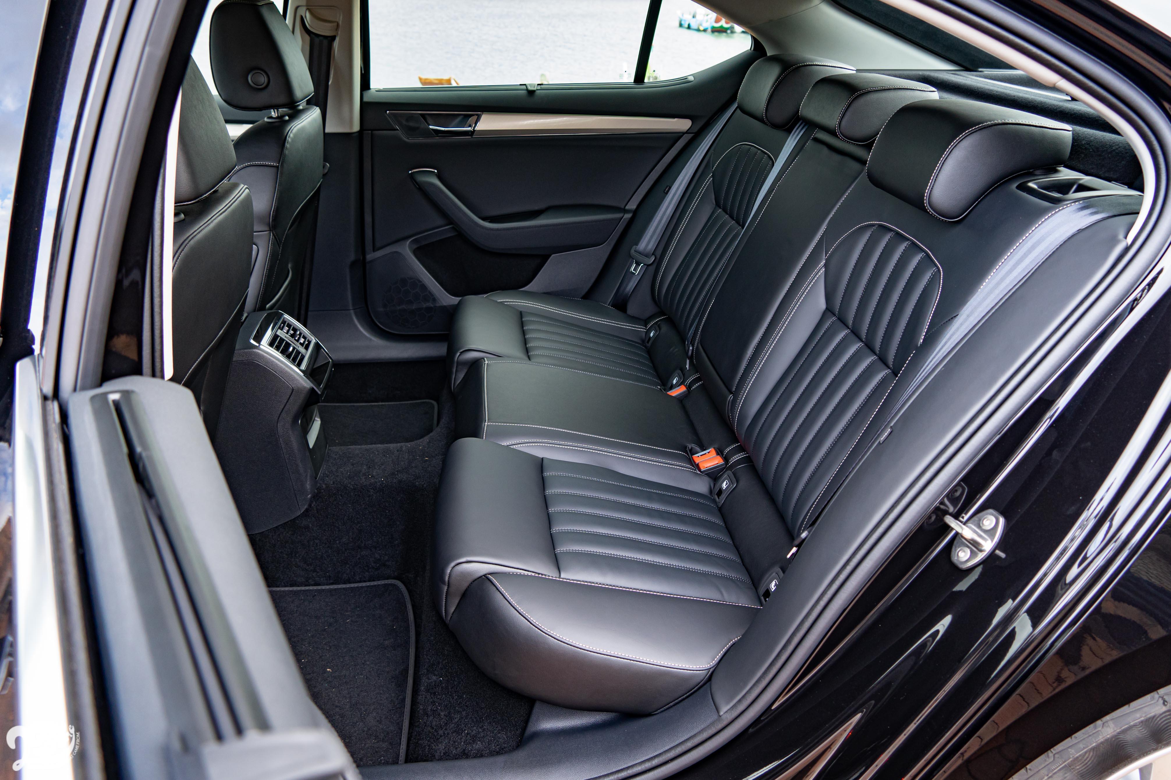 2.8 米軸距提供寬裕腿部空間,中央隆起雖然犧牲第五名乘客空間,但也創造「類獨立座椅」的空間感。