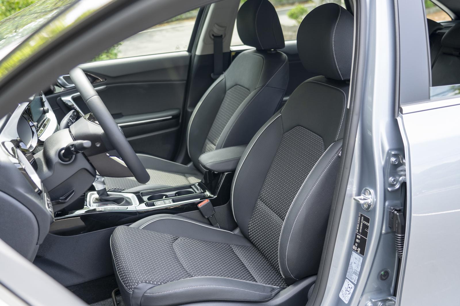 Deluxe歐風複合材質座椅,採用真皮、織布混搭的設計構成,但只提供手動調整。