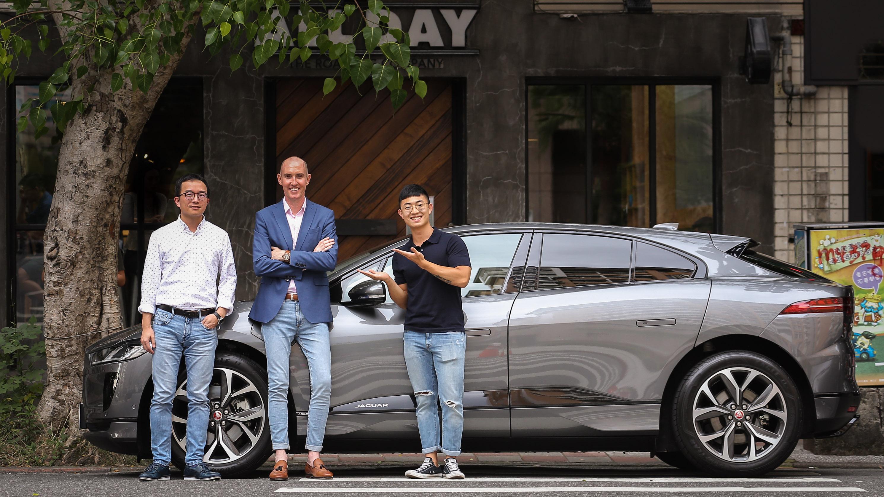 左起為 Jaguar Land Rover Taiwan 品牌總監 張君維 及 總經理 Garth Turnbull。