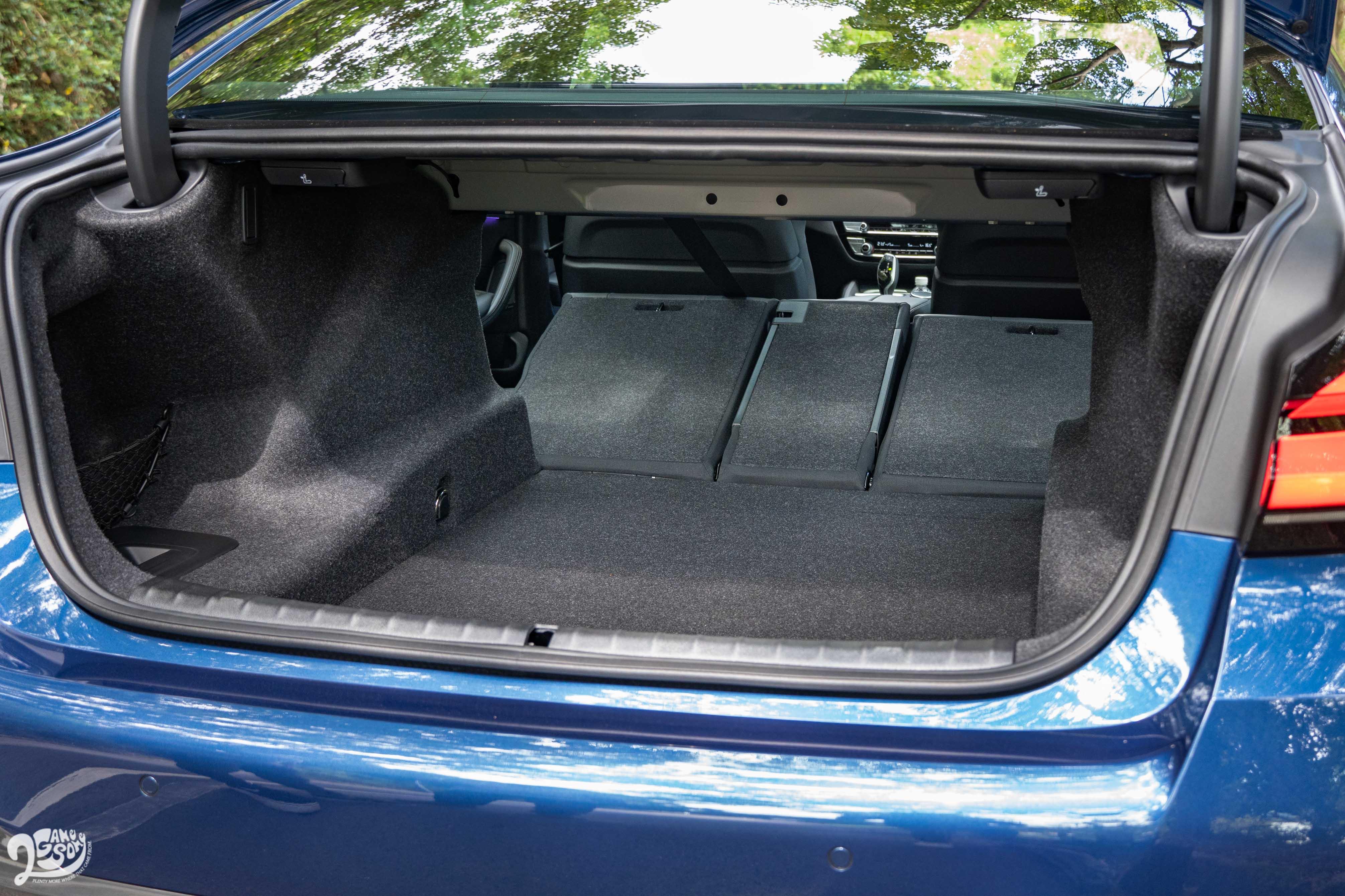 後車廂標配電動啓閉車箱蓋、一鍵式椅背傾倒。