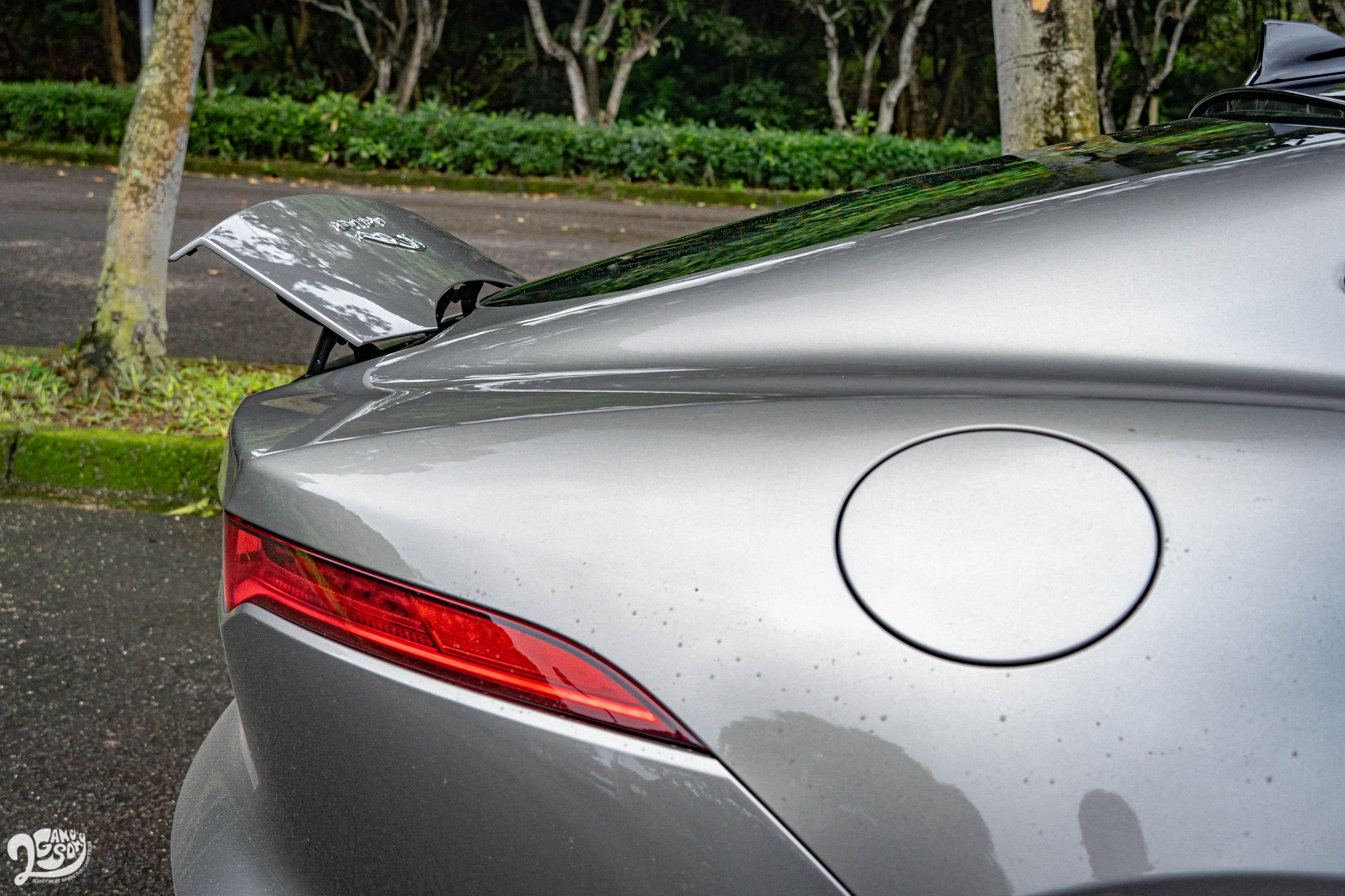 可由車內控制升降的電動後尾翼。