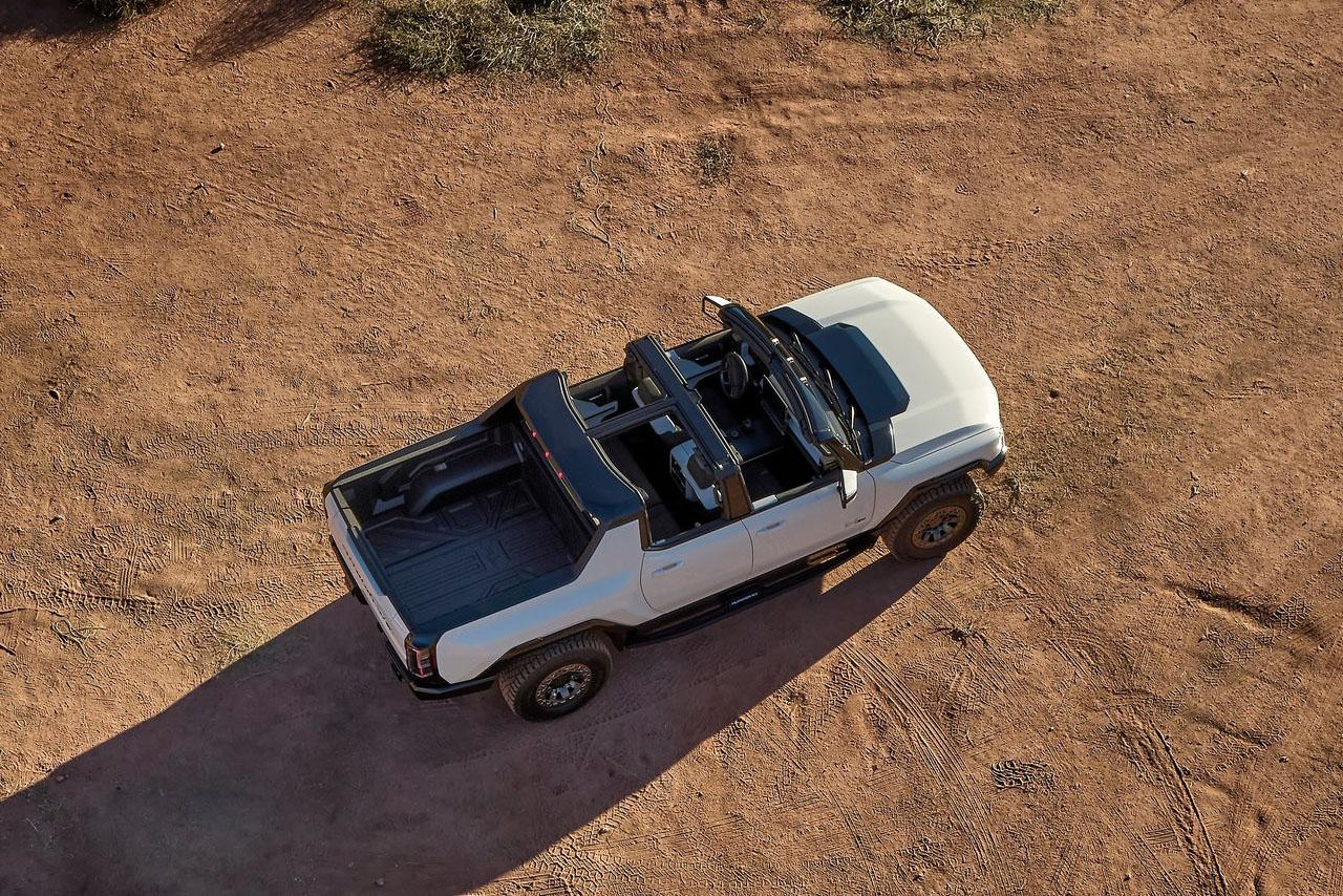 Hummer EV 是三者中唯一提供可拆卸式車頂的皮卡,拆卸後可收納到前行李廂。