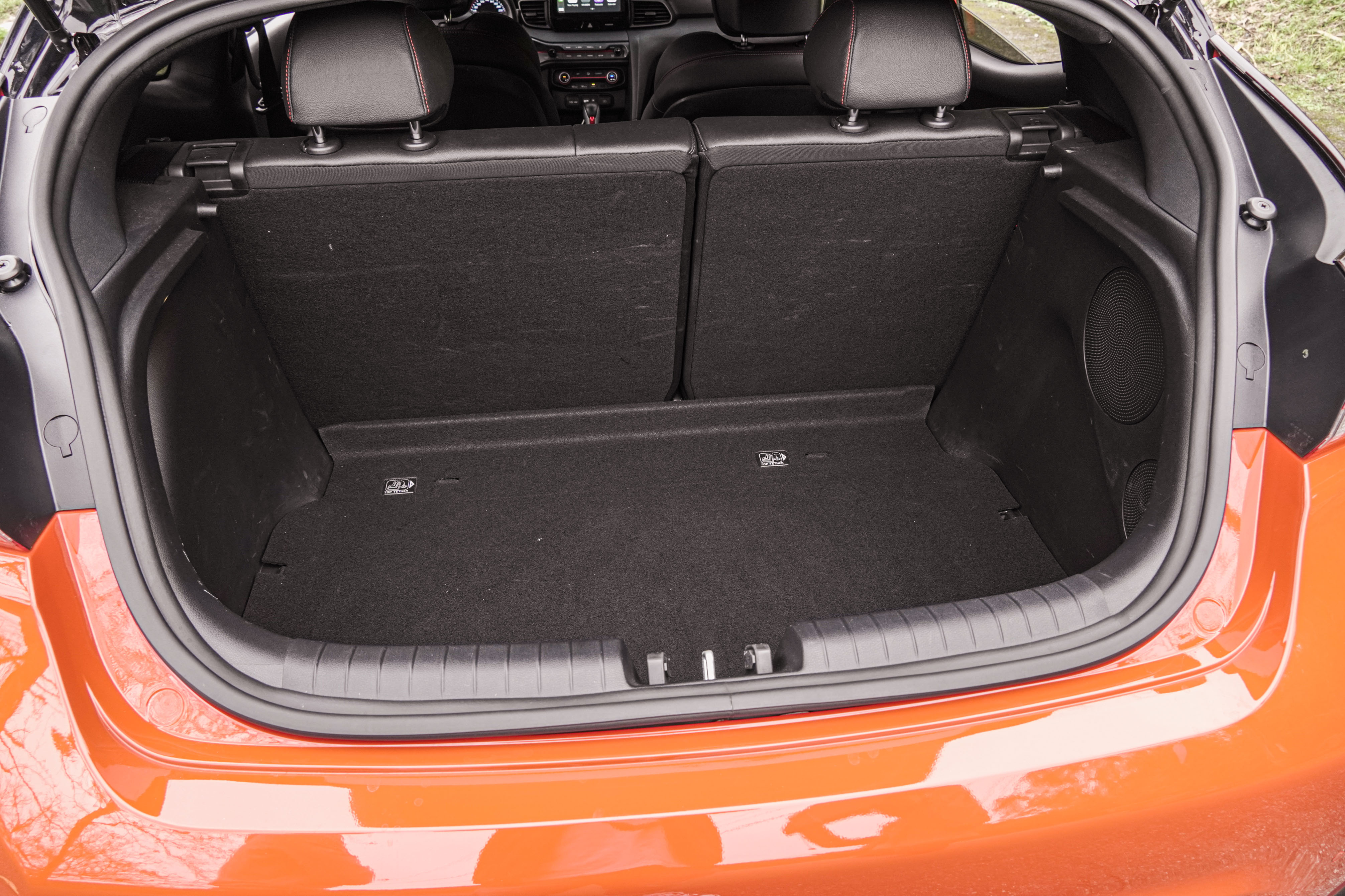 行李廂容積為 303 公升。