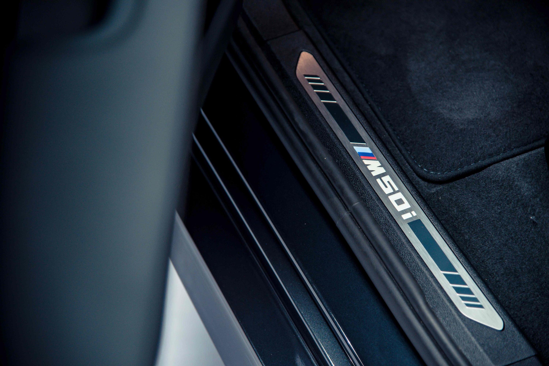 進入座駕空間,印入眼前的 M50i 字樣迎賓門檻立即感受專屬 M 車主的熱血語彙。