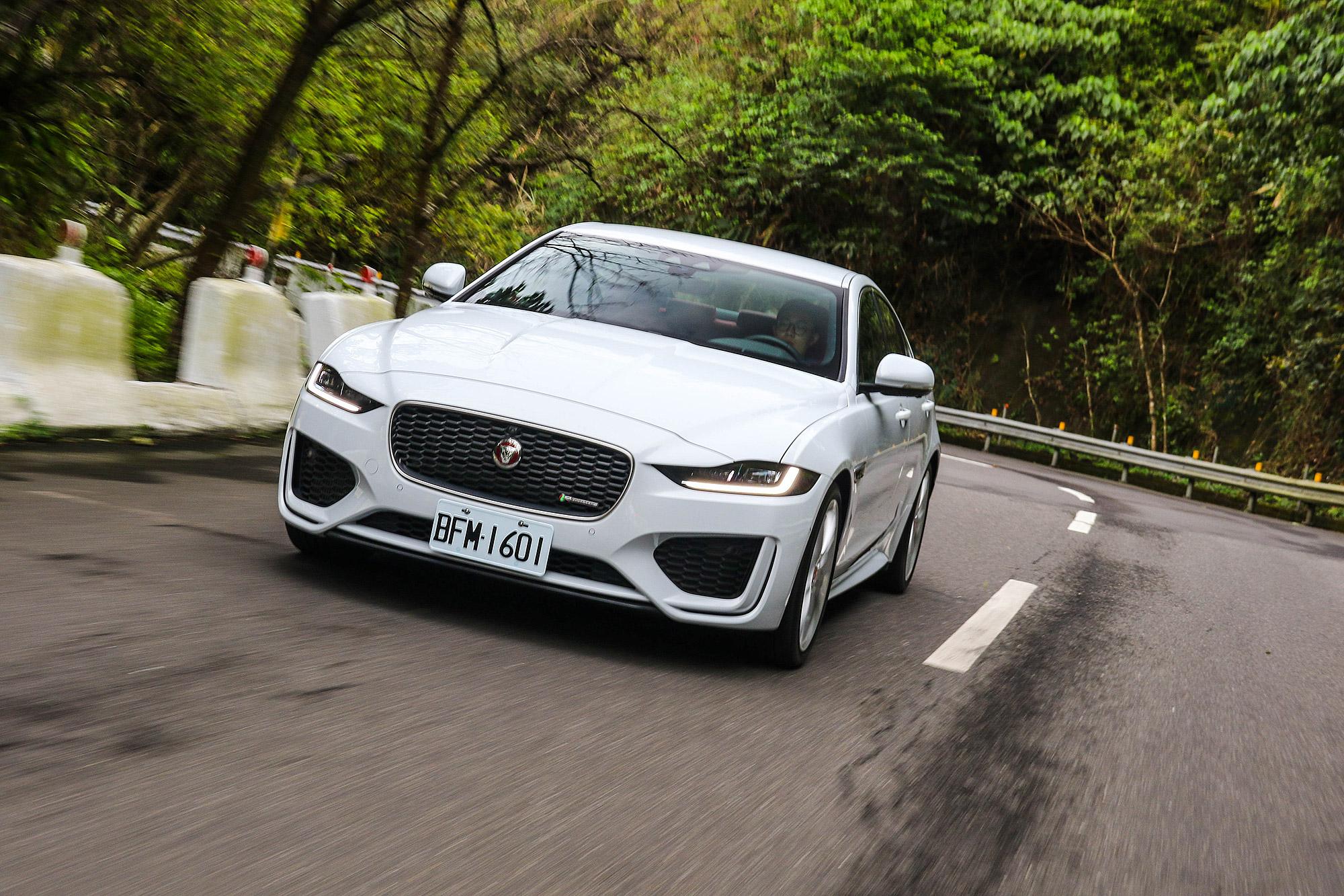雖然擔任房車車系的入門角色, XE 仍舊保有 Jaguar 的跑車化性格。