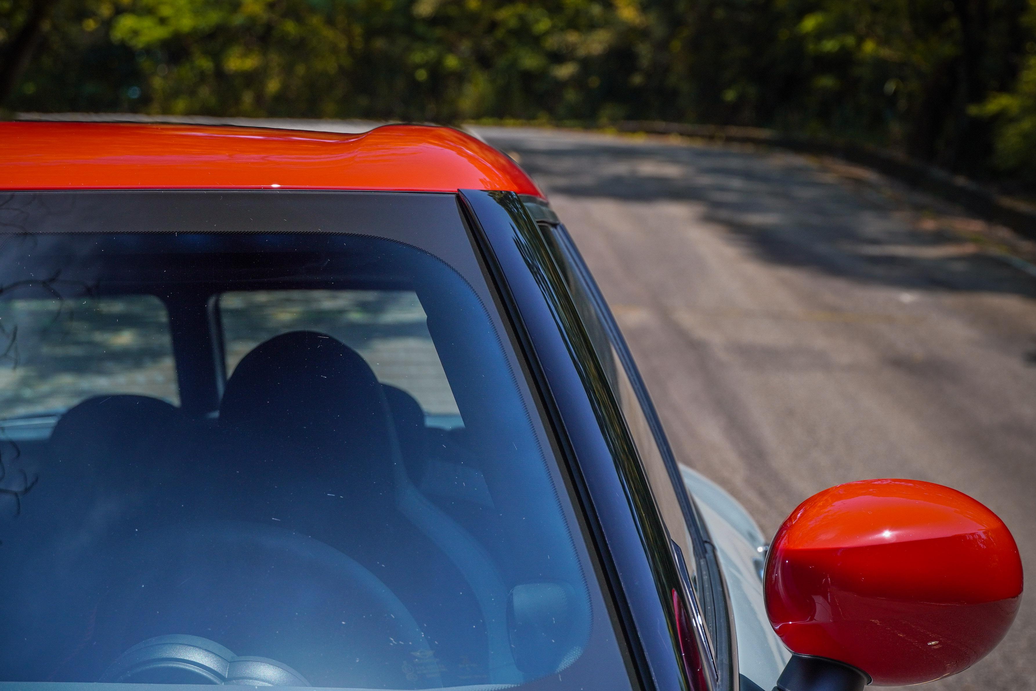 車頂有提升空氣力學的下凹設計。
