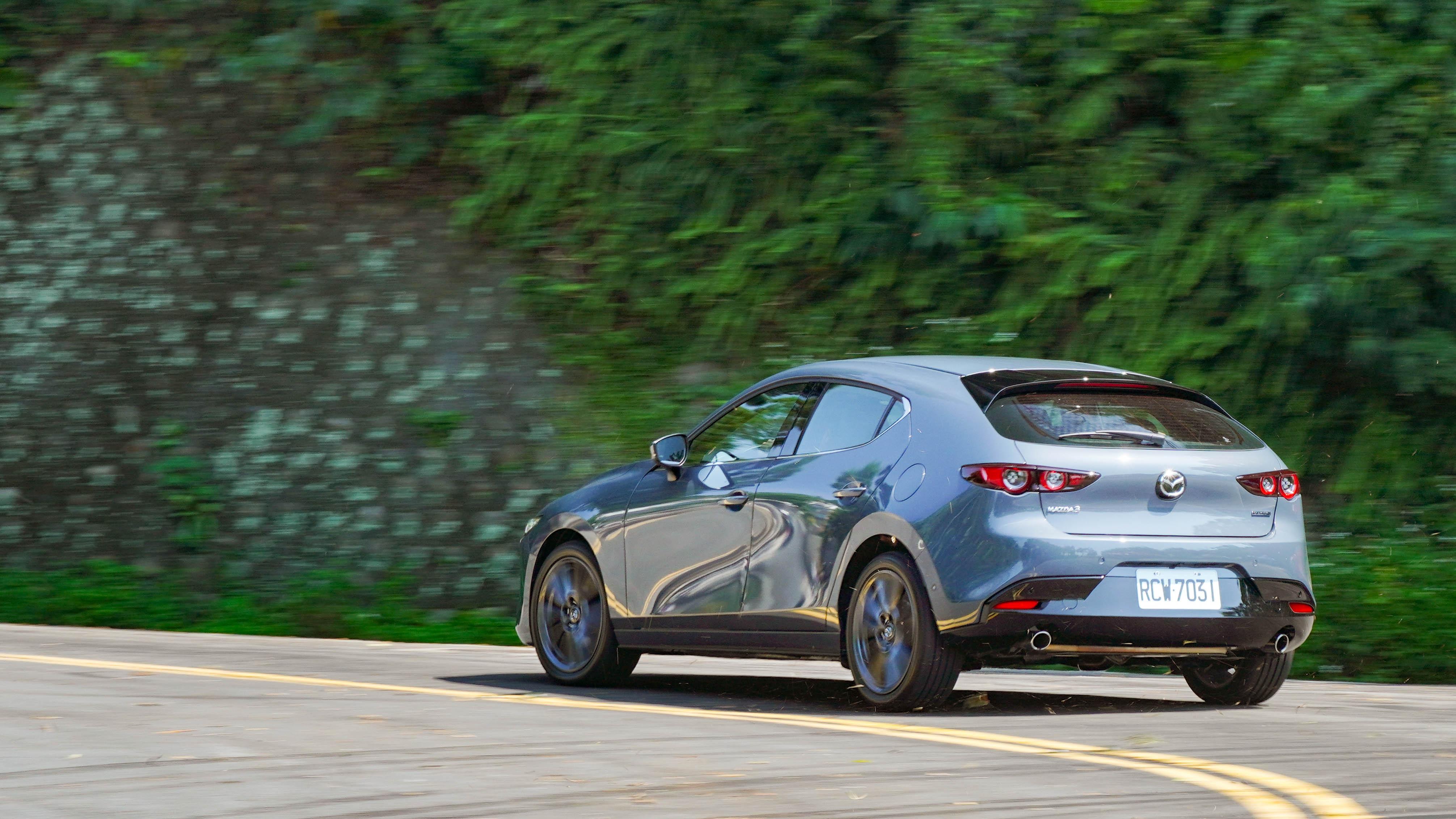 21 年式 Mazda3 保有紮實的操控與順暢的性能表現。