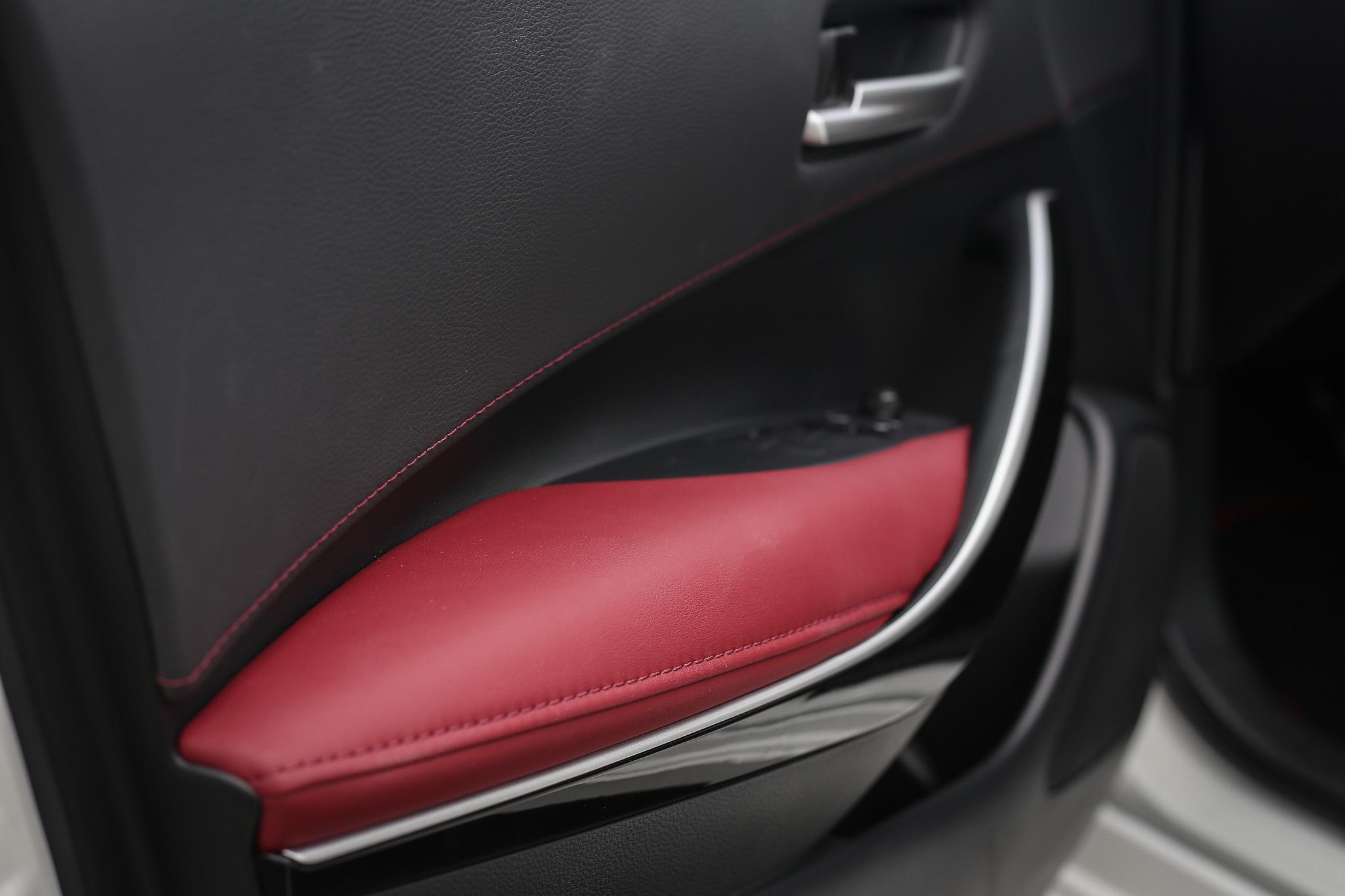 車門板上當然也沒少了紅黑配色設計。