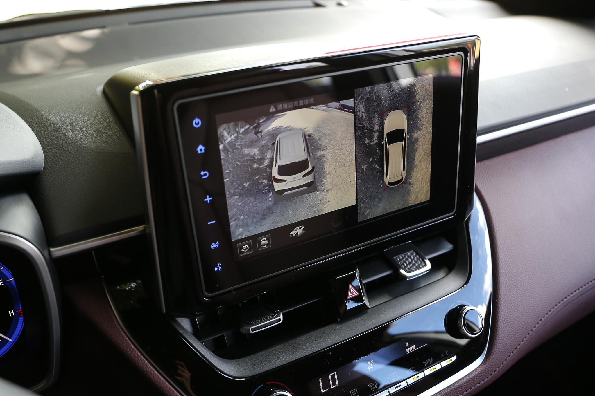 1.8L 油電旗艦款 PVM 環景影像輔助系統。