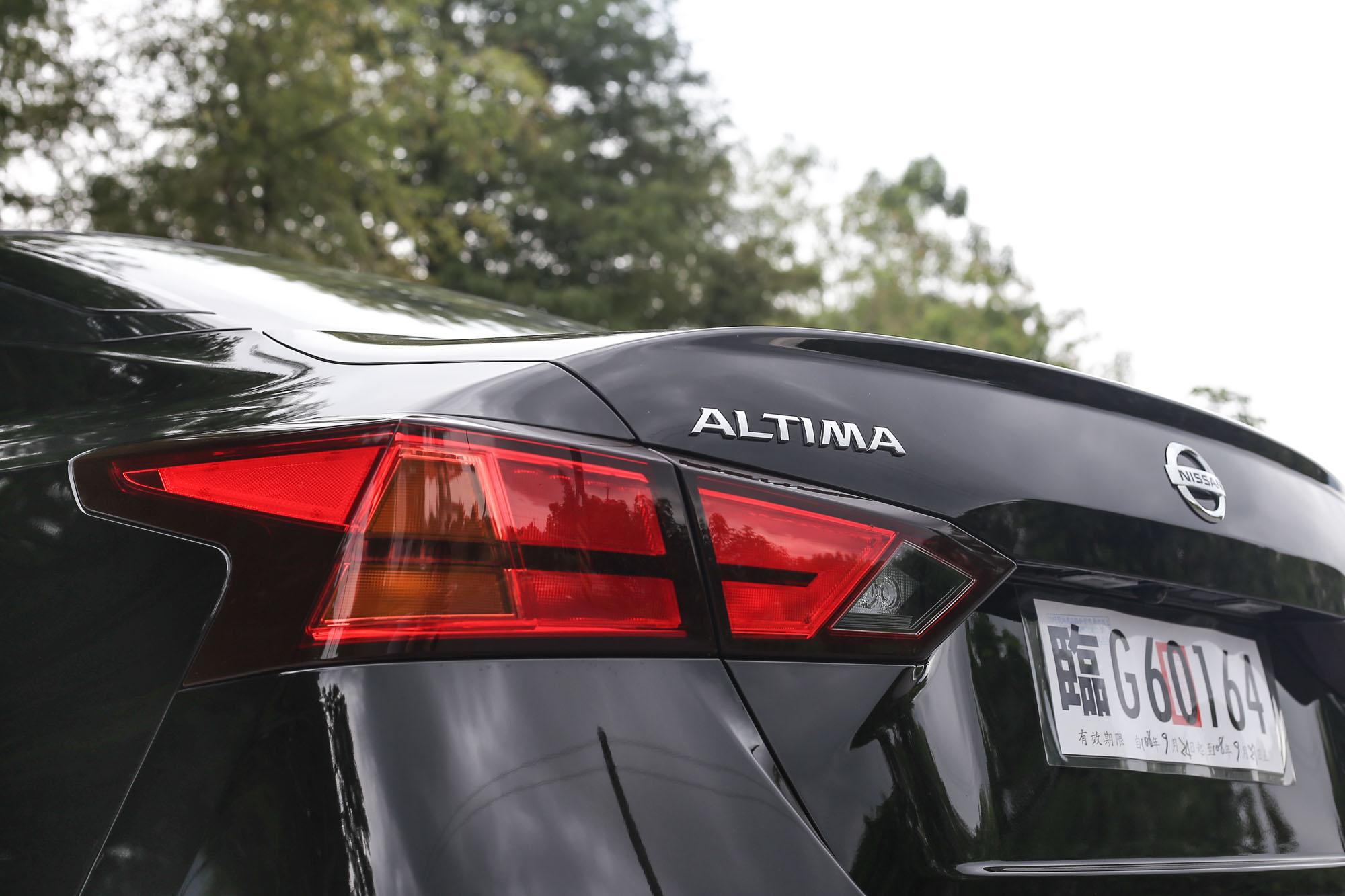 尾燈有小老弟 Sentra 的影子,又有點 Lexus ES 的神韻。