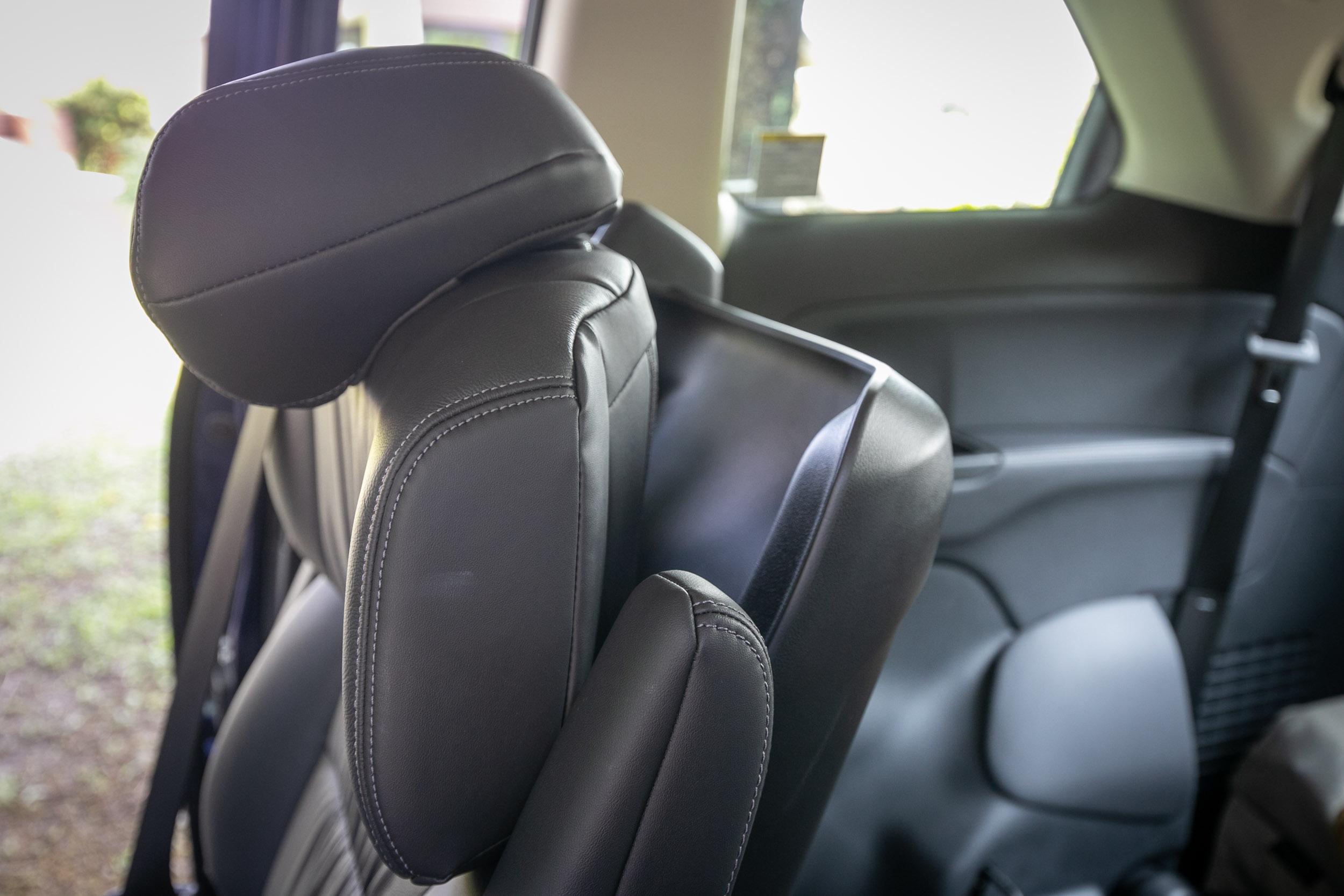 椅背上半部角度也可獨立調整。