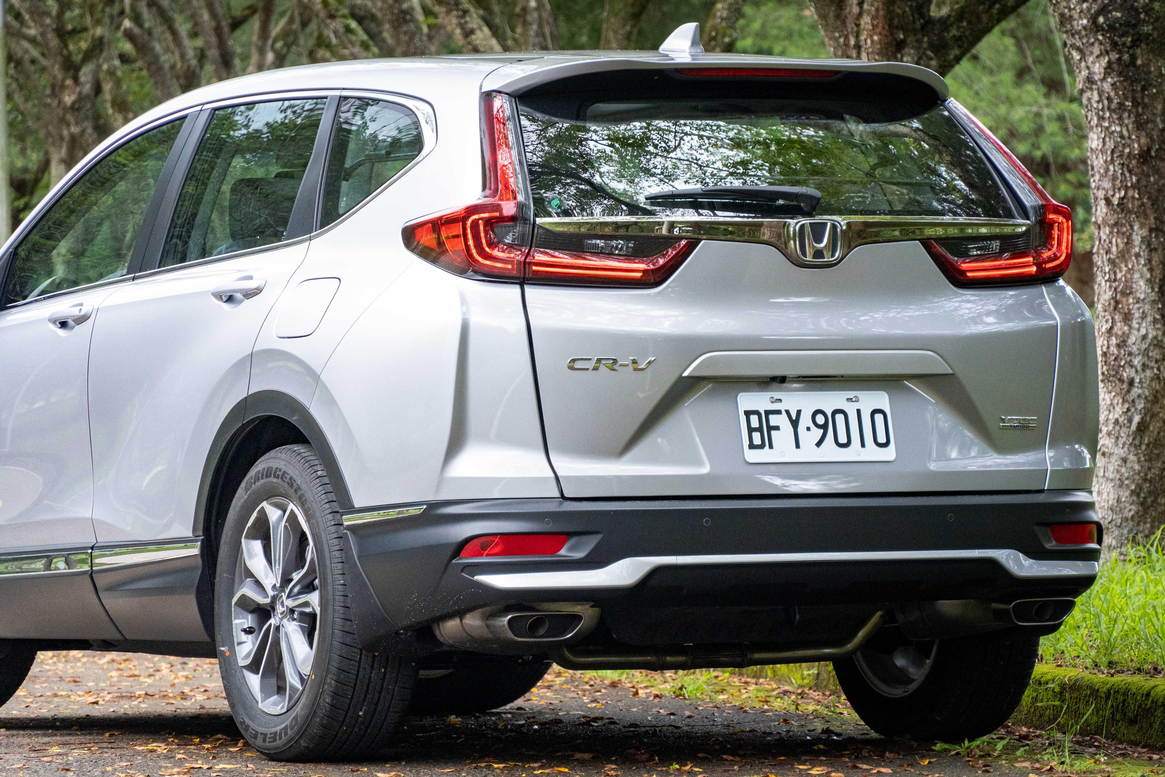 小改款 CR-V 車尾換上方形排氣尾管,後保桿造型也有變化。