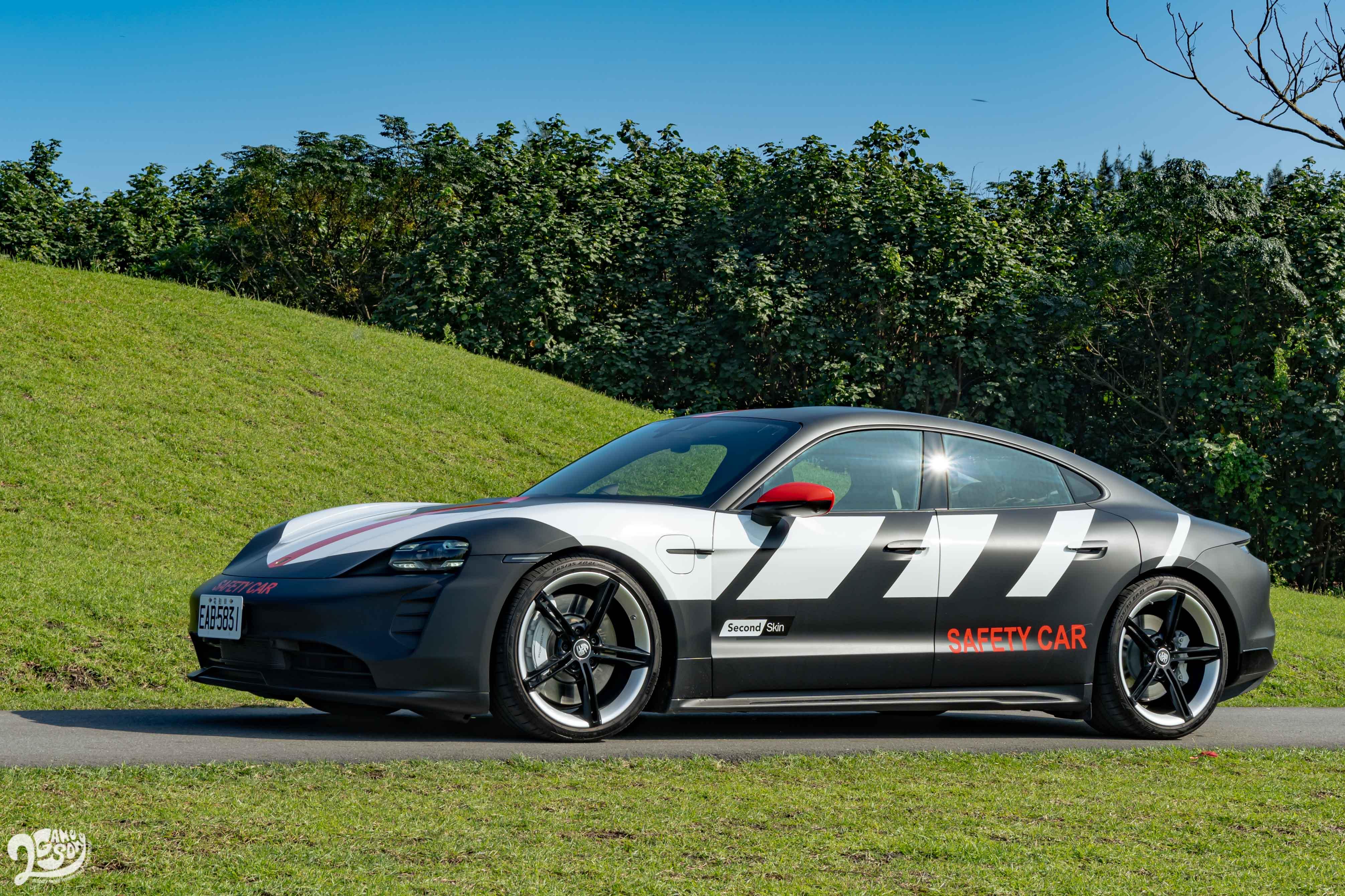 Porsche Taycan 擁有保時捷經典的 Flyline 車頂弧線、兩側高起的肩線,以及新世代車款共通的車尾設計。