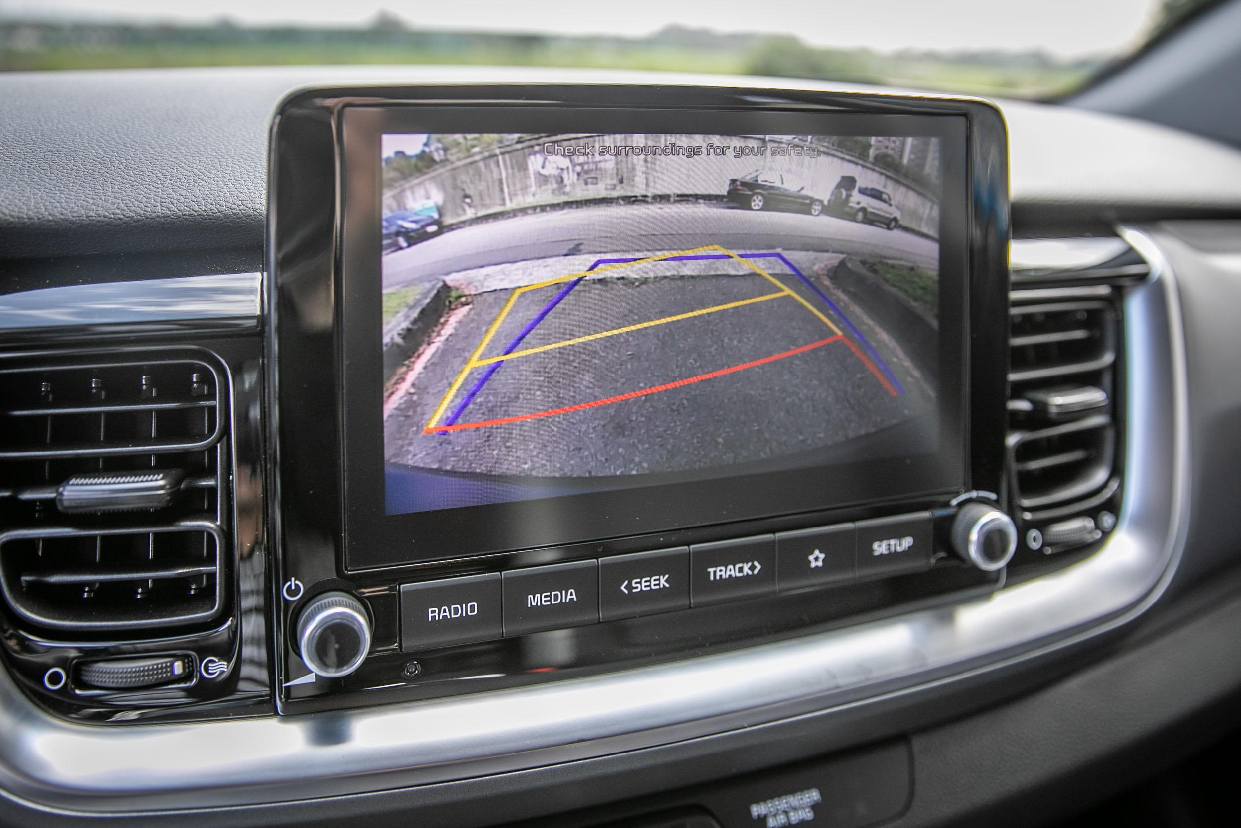 沒有 360 度環景,但有倒車顯影系統。