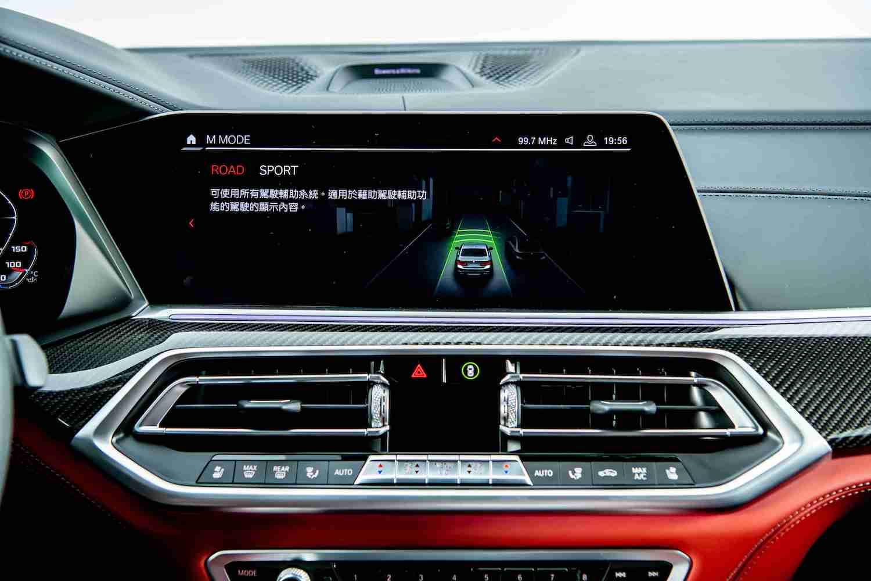 首度登場 M MODE 駕馭模式切換功能,可依路況與需求透過 12.3 吋中控觸控螢幕選擇 Road 或 Sport 模式。