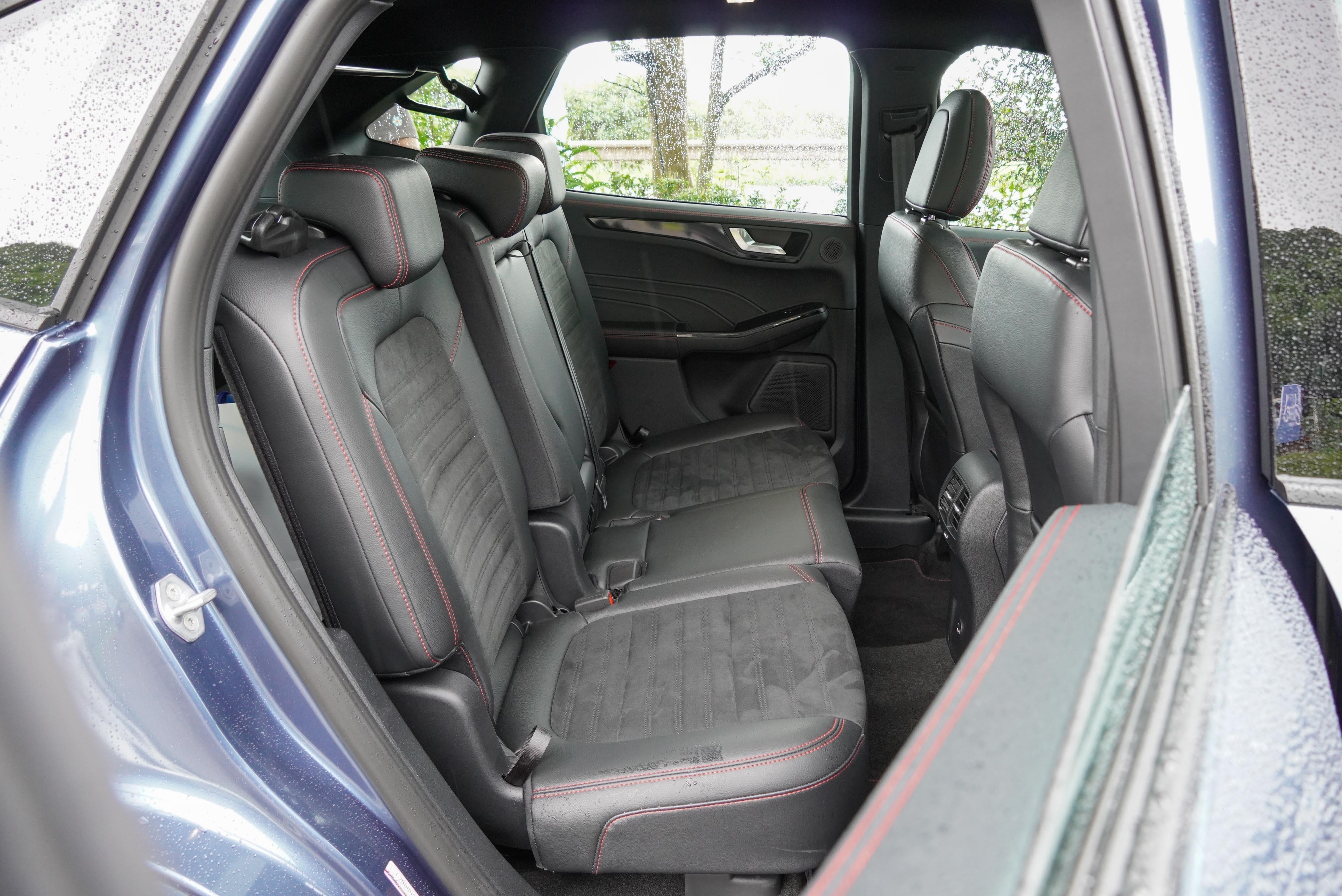後座受限於客貨車認證的橫桿(後座上方),椅背取消 12 度調整,滑移空間剩下 5 公分。