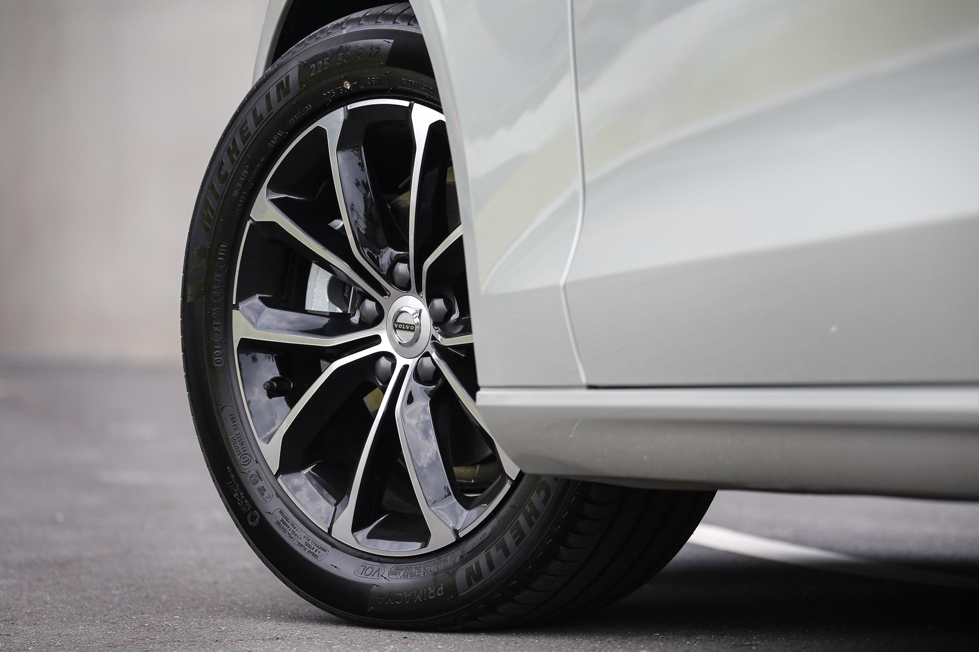 標配 17 吋 5 輻雙肋黑鑽石切割鋁合金鋼圈,輪胎尺碼為 225 / 50 R17。