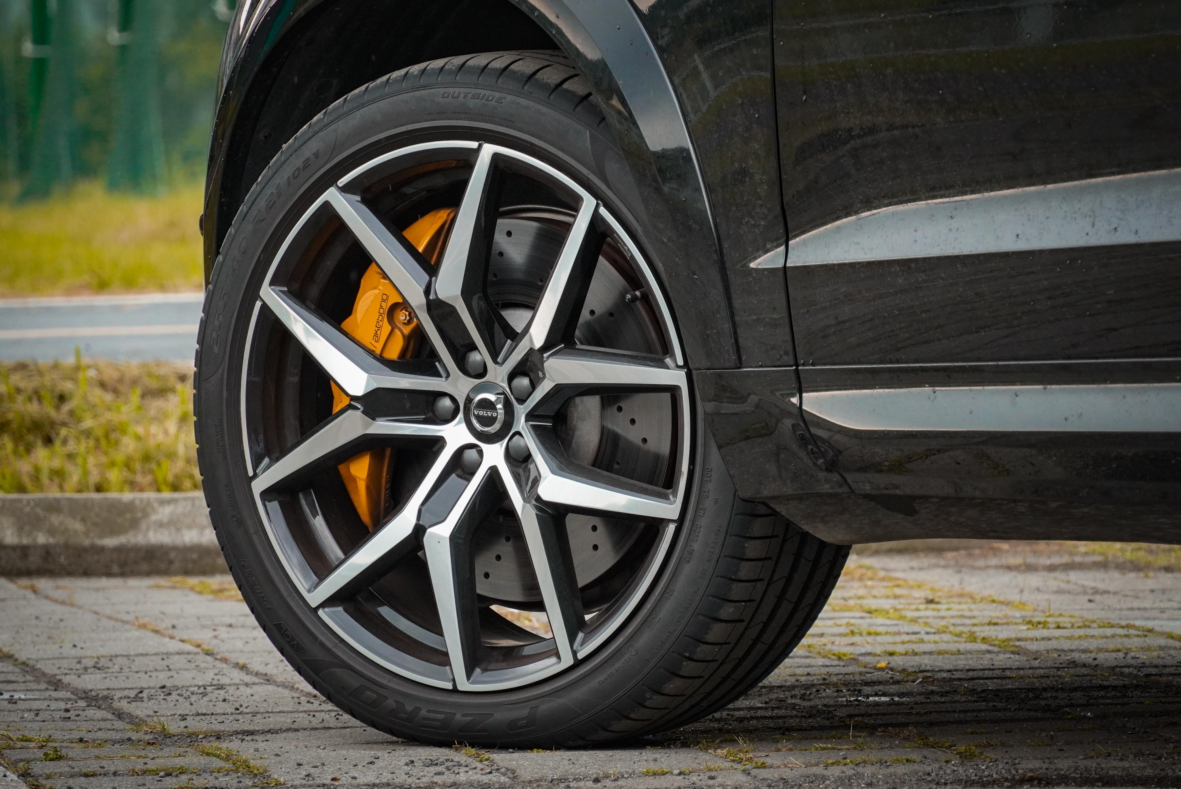 標配 21 吋亮黑鍛造鋁圈、20 吋前煞車碟盤及 Polestar Engineered 專屬煞車卡鉗,含 Akebono 前卡鉗。