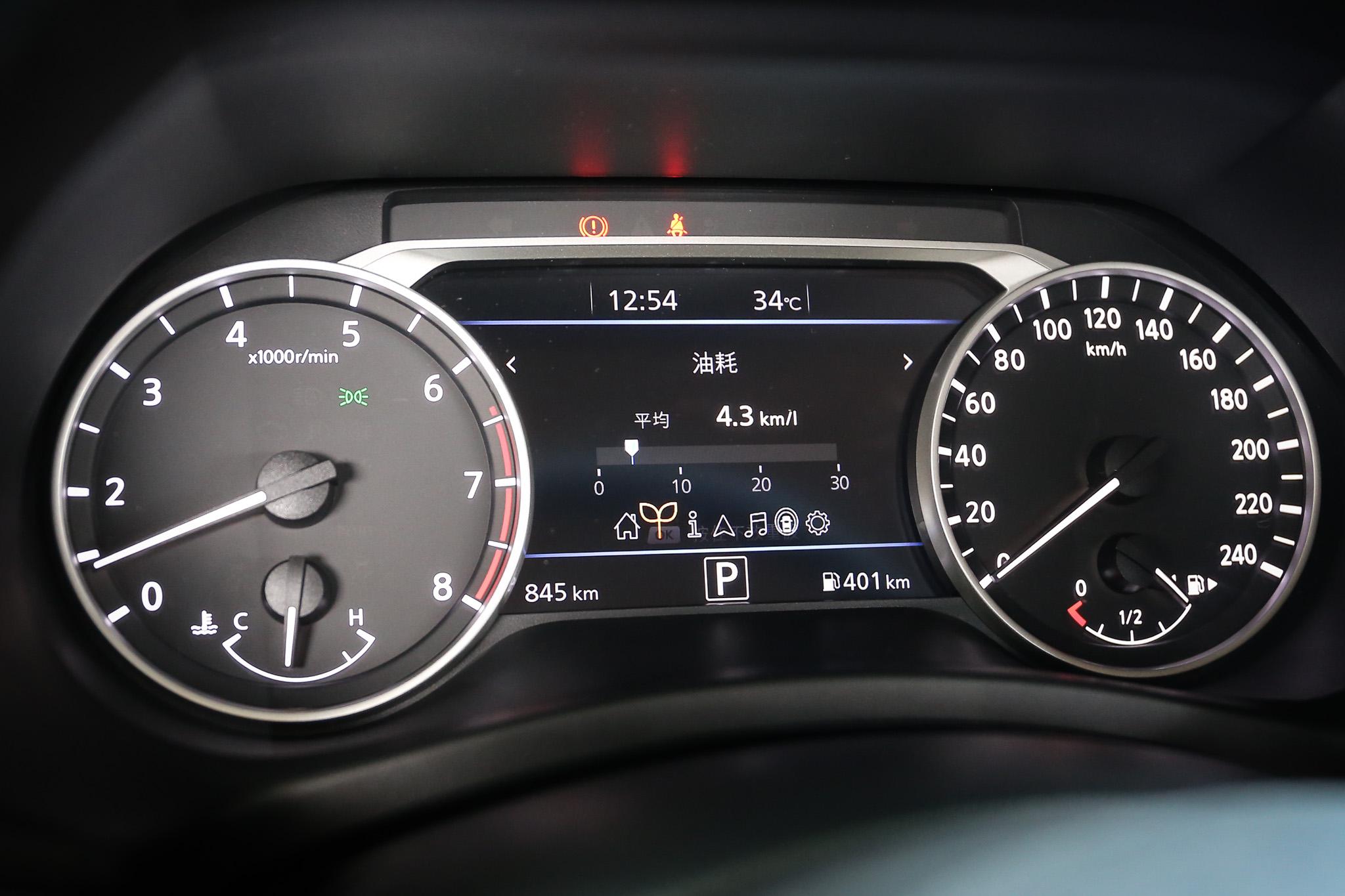 尊爵智駕版配備有七吋數位液晶儀表板。