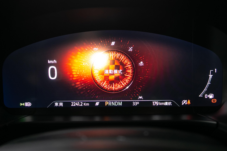 駕駛模式切換時儀表會有相對應的動畫顯示。