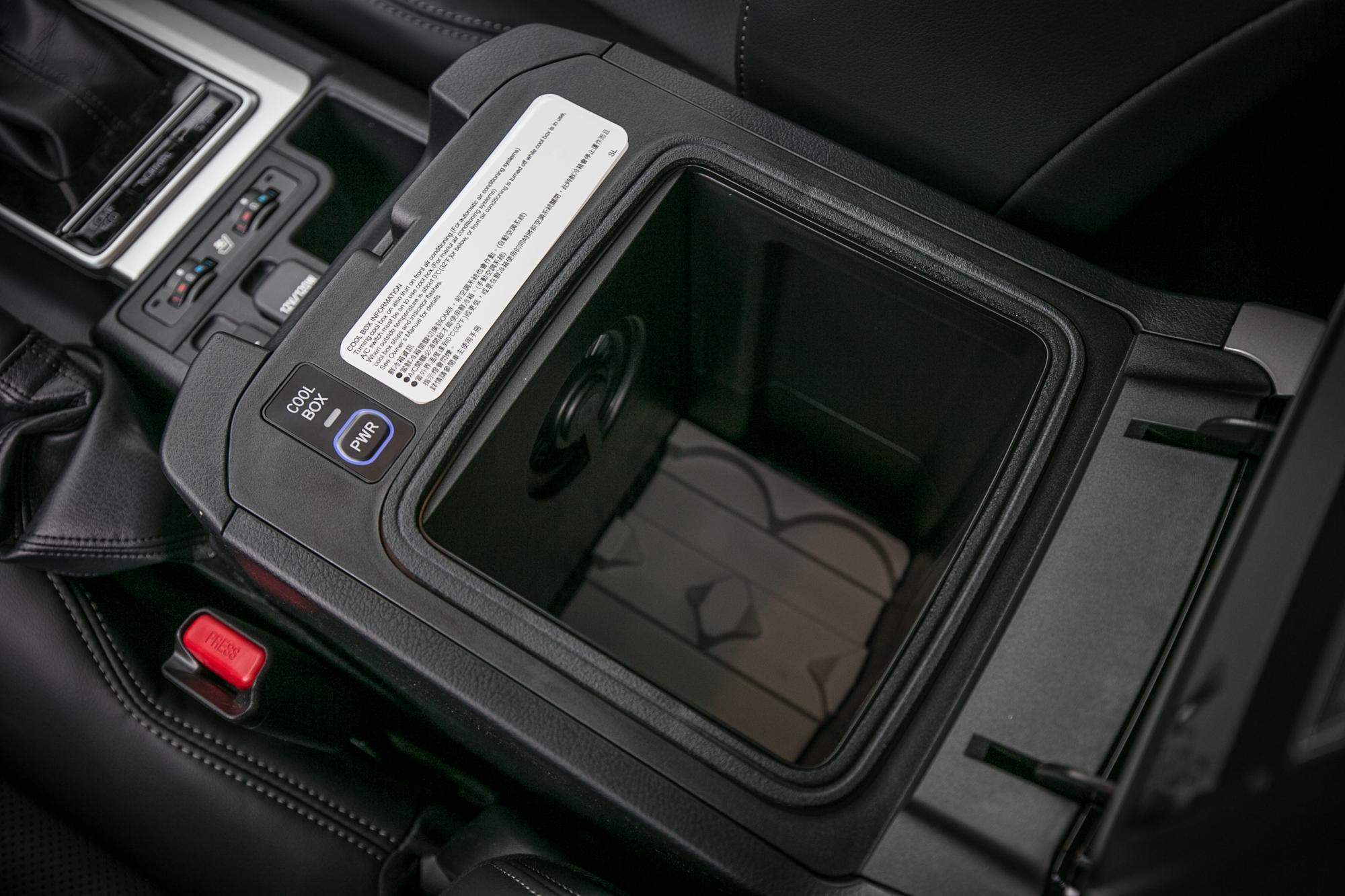 中央扶手下方置物空間具備保冷效果。