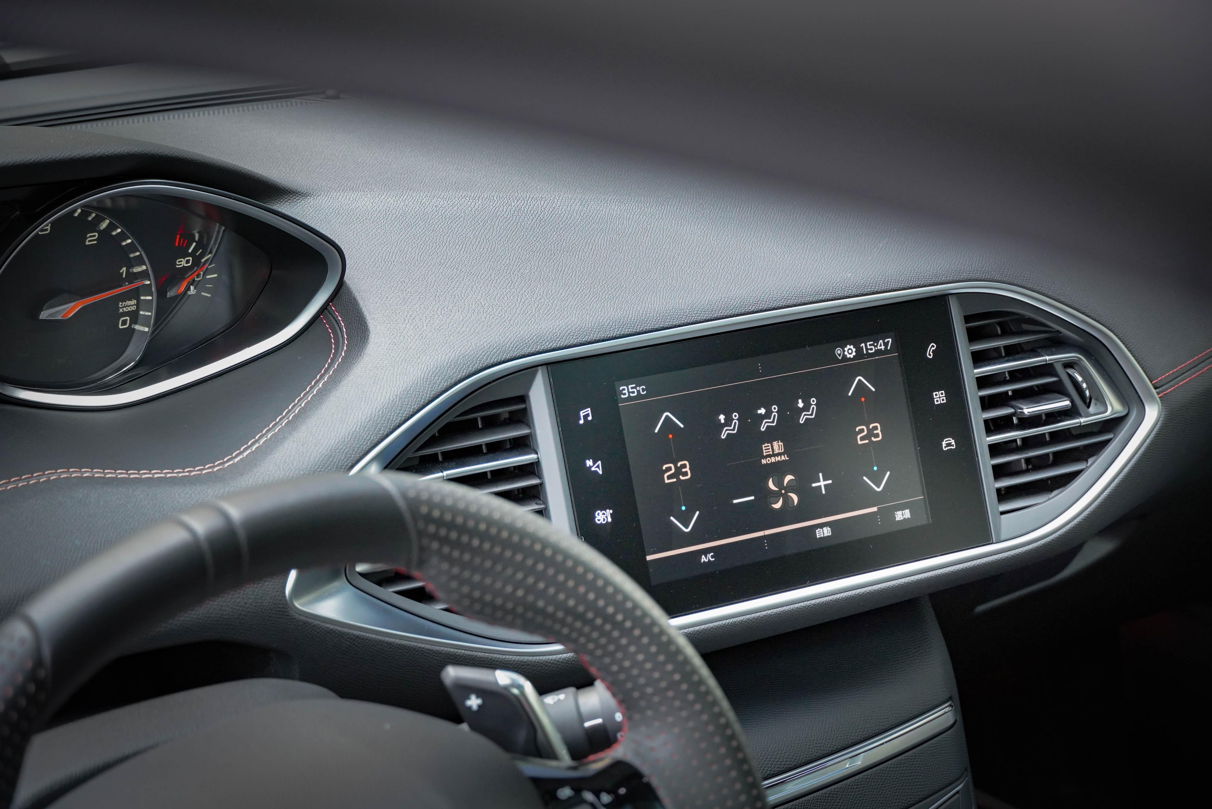 全彩觸控螢幕標配 Peugeot Mirror Screen® 鏡射系統,支援 Apple Carplay 與 MirrorLink。