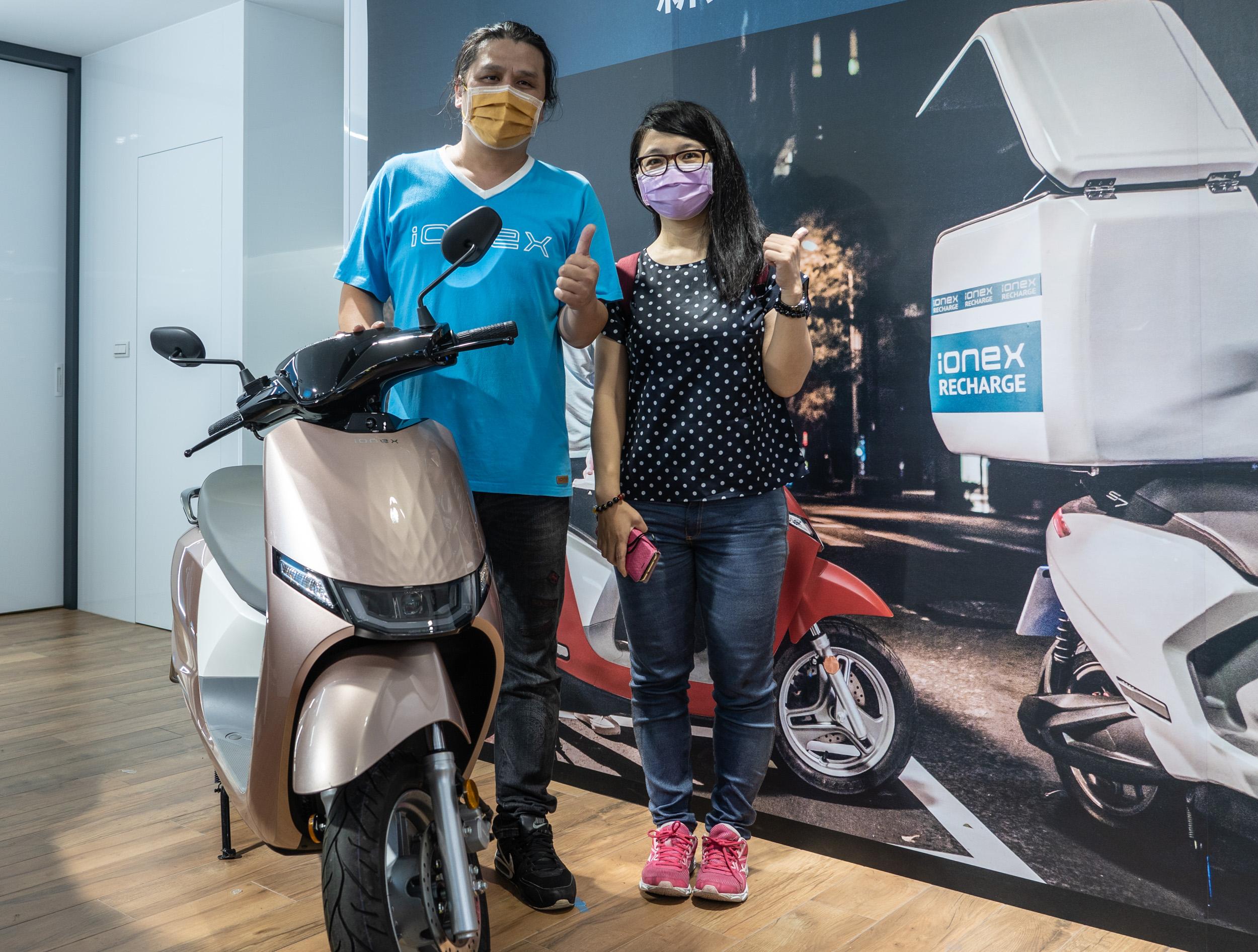 許多車主趁著週日前往 Ionex新北瀚陽店申辦「Ionex 尊榮換電」服務。