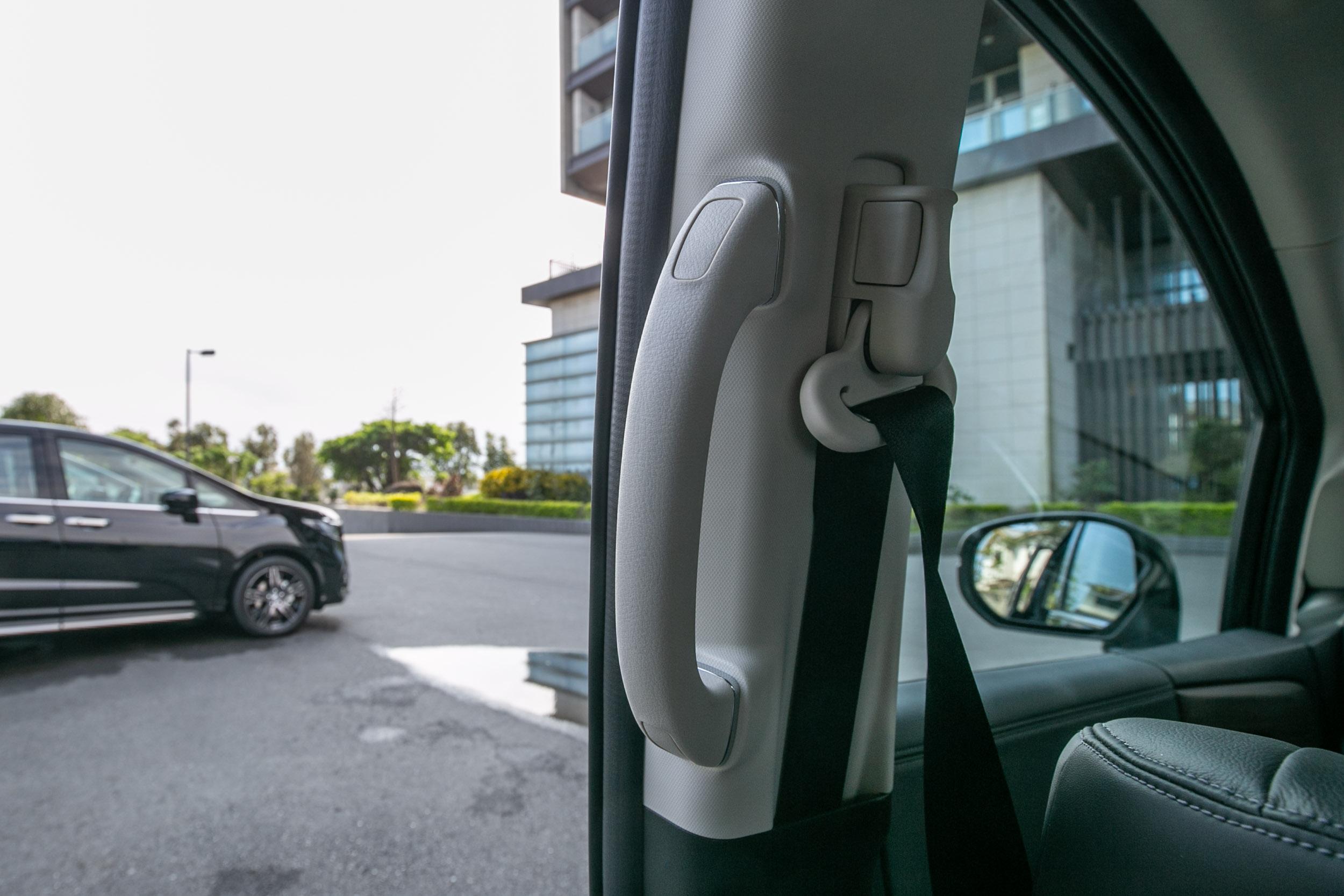 B 柱後方有著頗大的扶手,對於登車/下車動作便於輔助握持。
