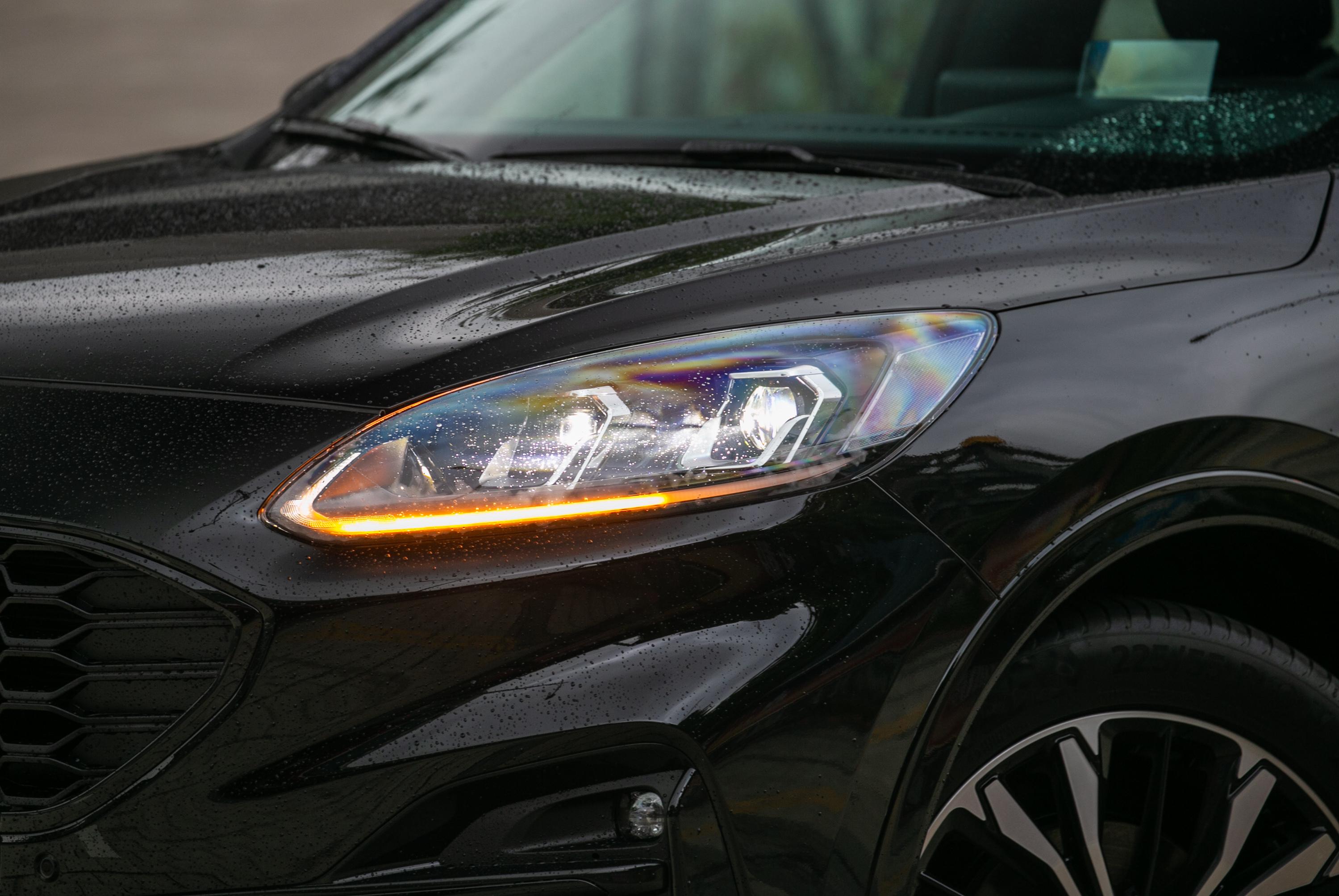 Kuga Ecoboost 250 AWD ST-Line X配備與其他車型不同的單體投射式頭燈。