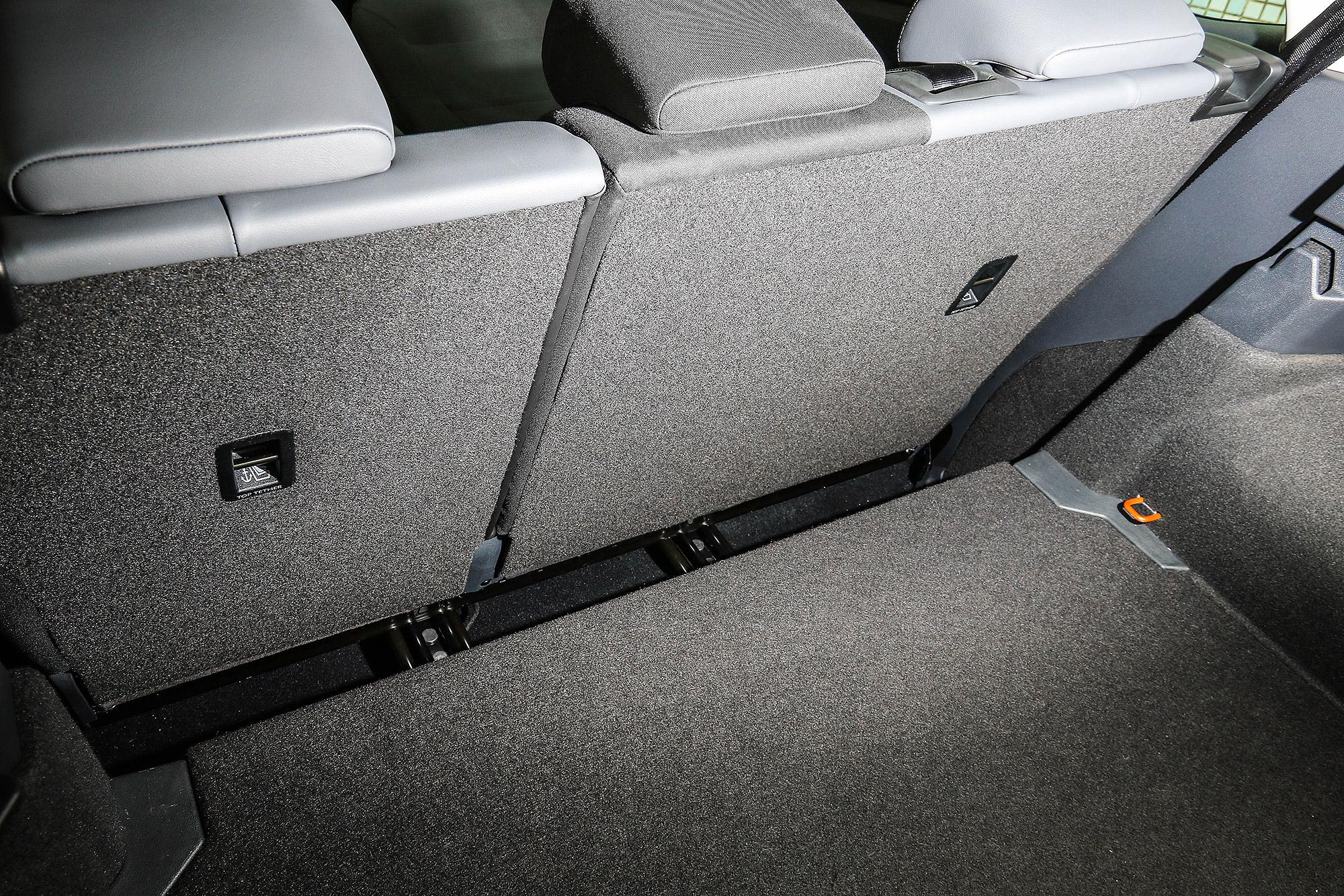 後座向前拉時會與行李廂底板產生一道間隙。